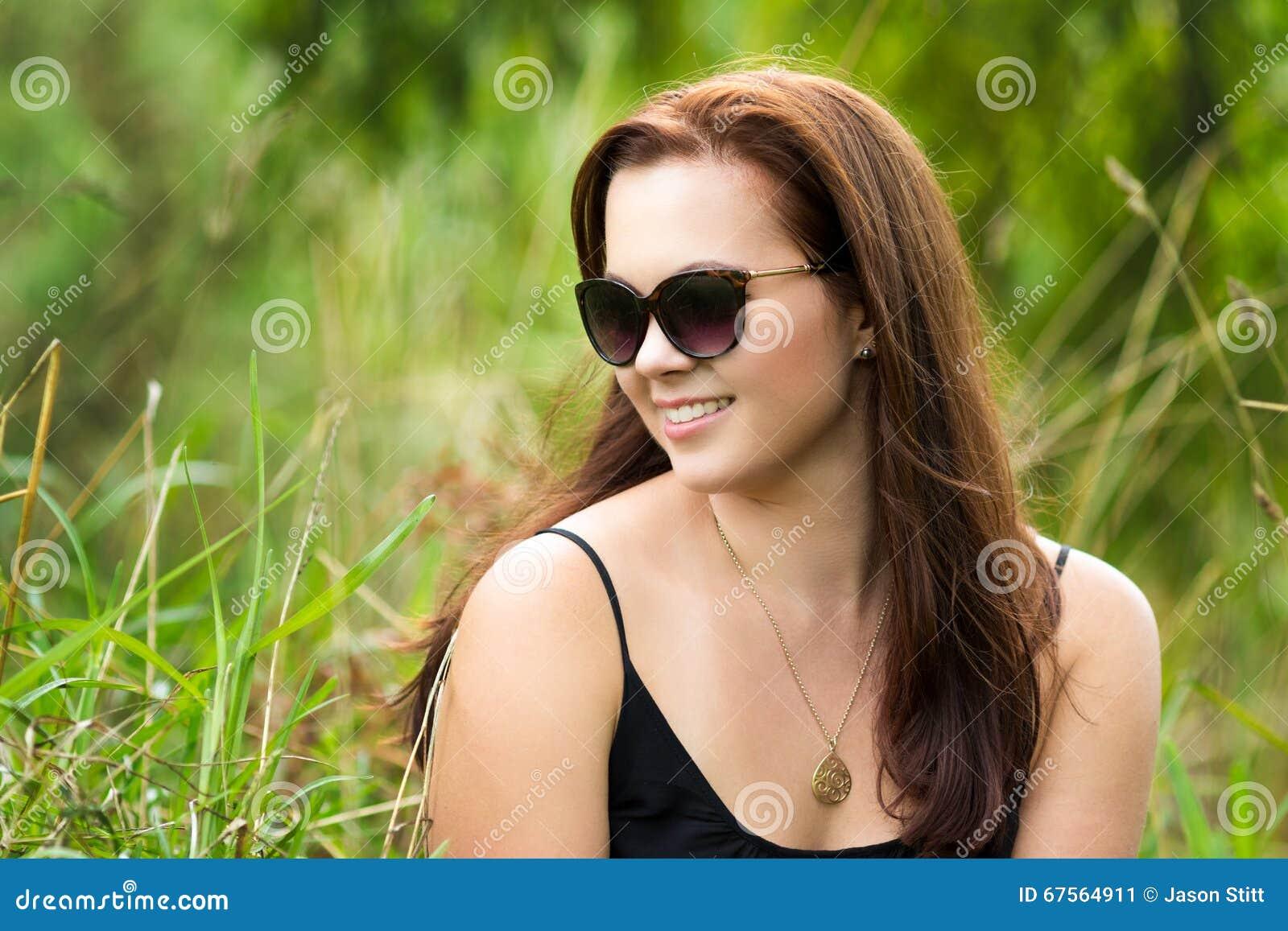 Bella donna sorridente in erba