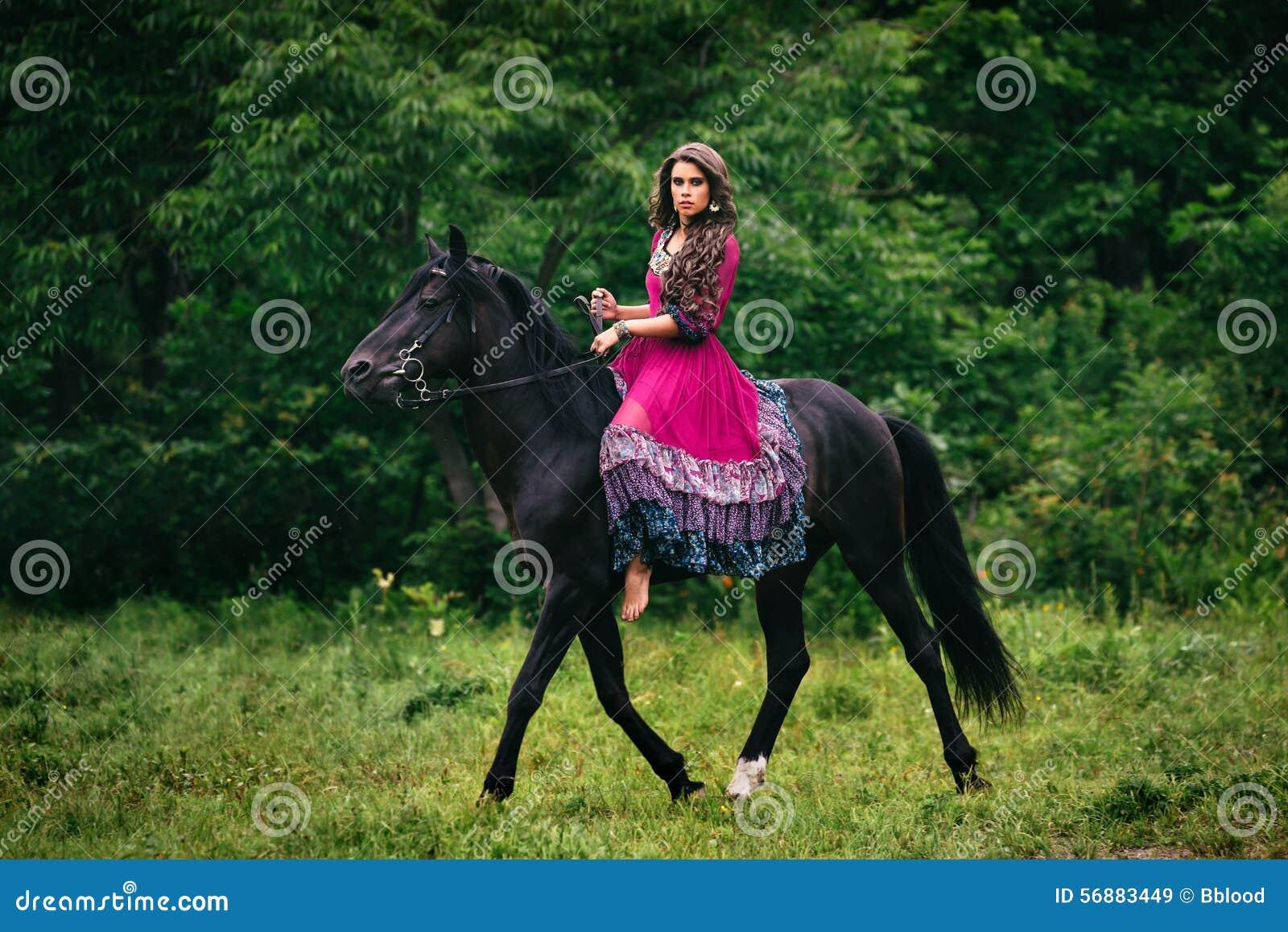 Bella donna su un cavallo