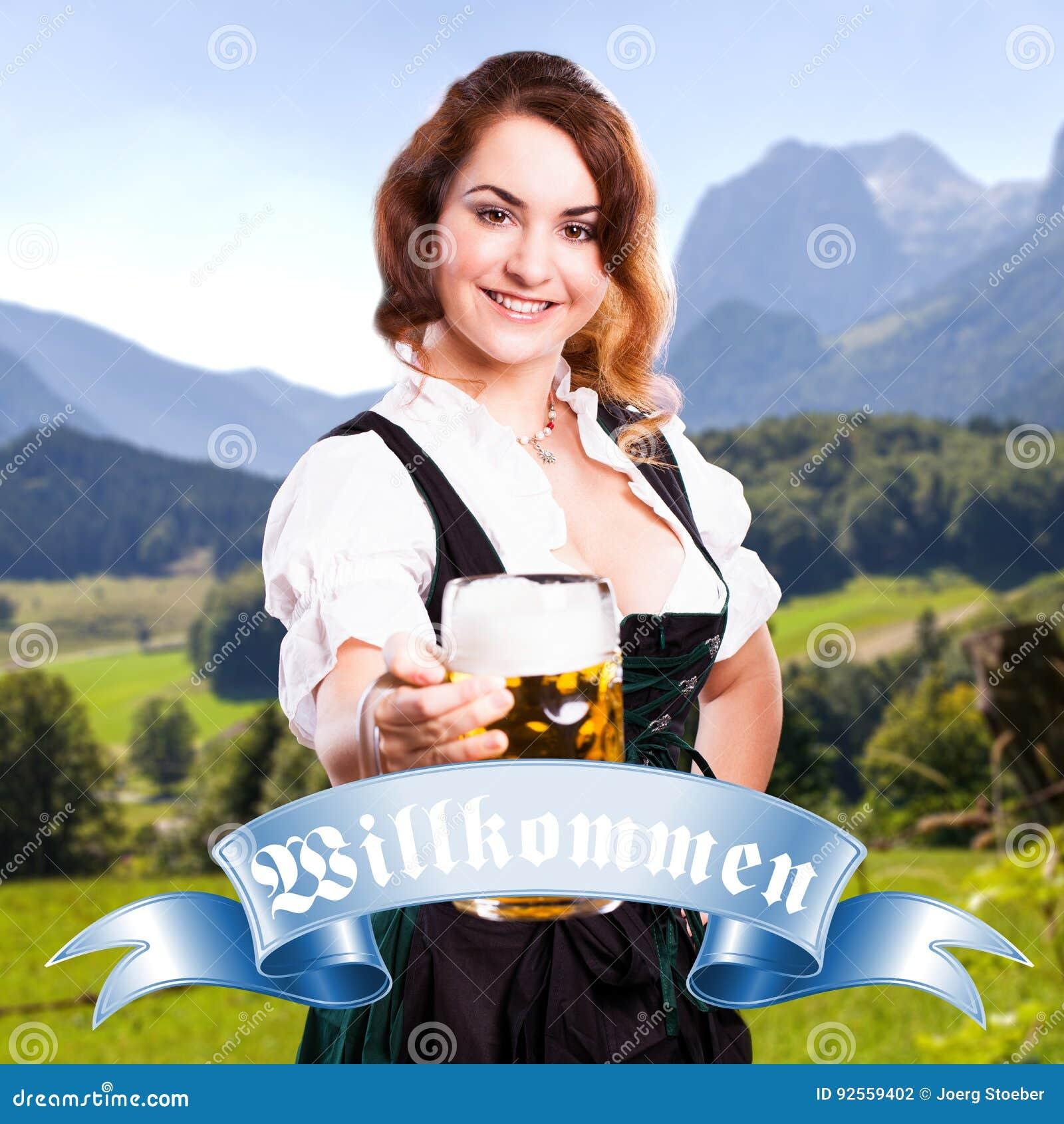Bella donna in un dirndl bavarese tradizionale
