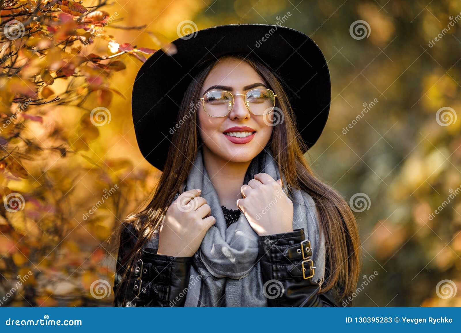 Bella Donna In Vestito E Cappello Neri In Autunno Immagine ...