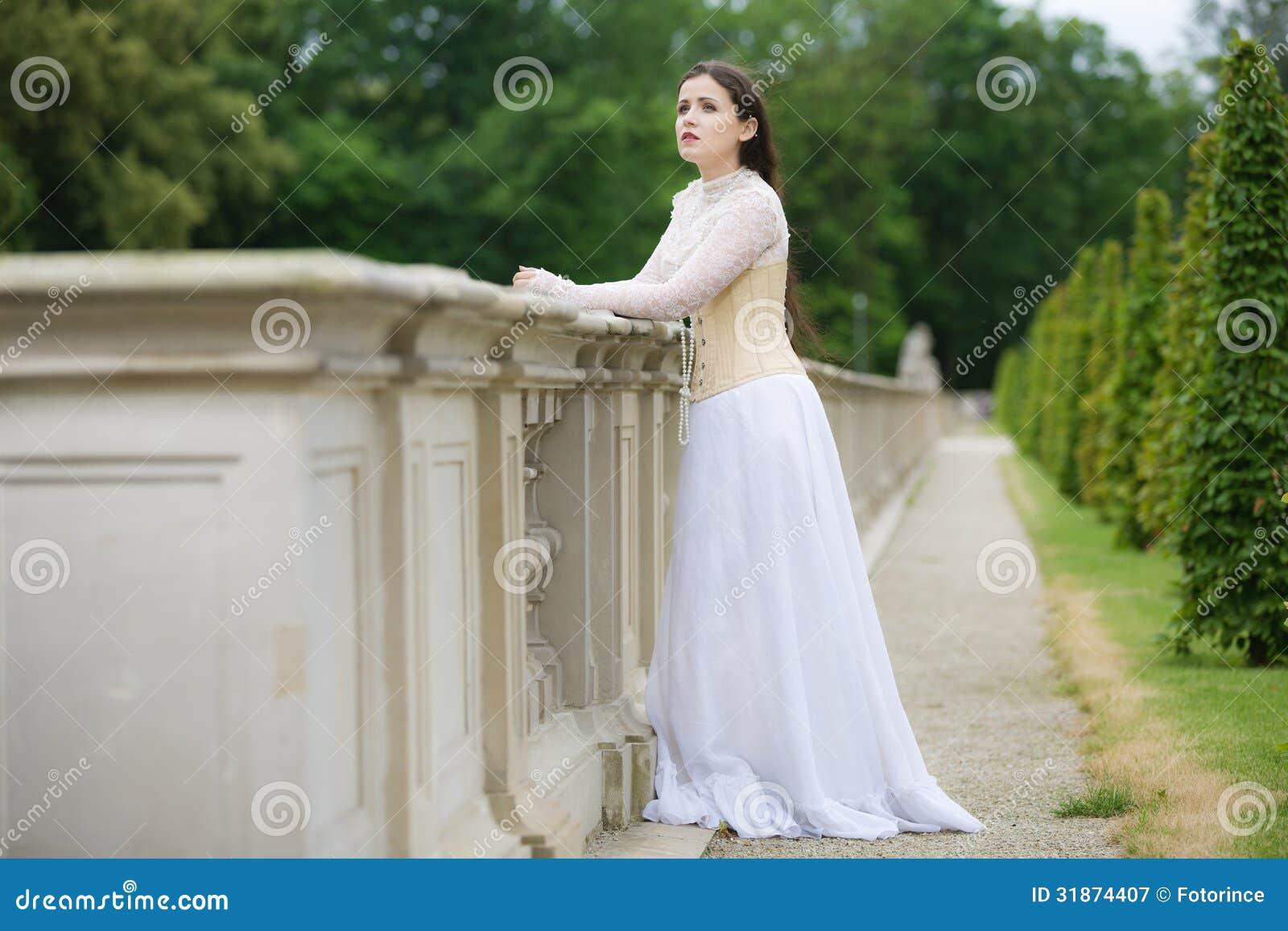 Bella donna in vestito gotico