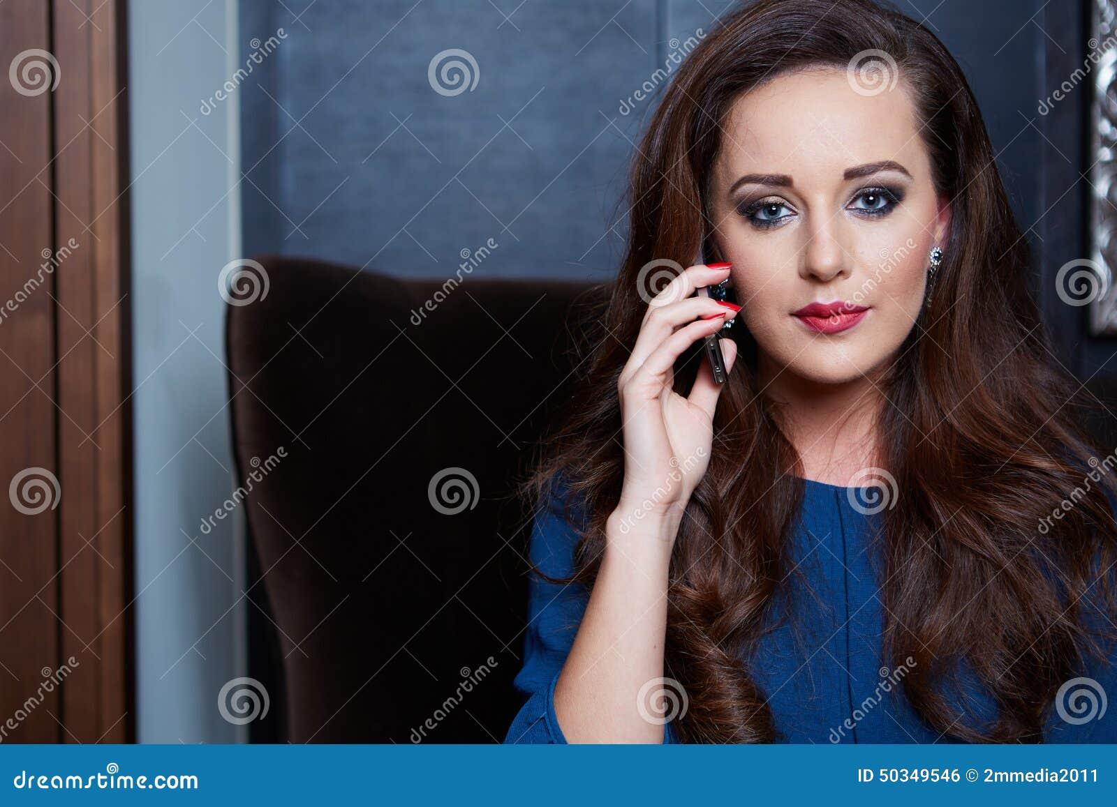 Bella e di fascino donna giovane,