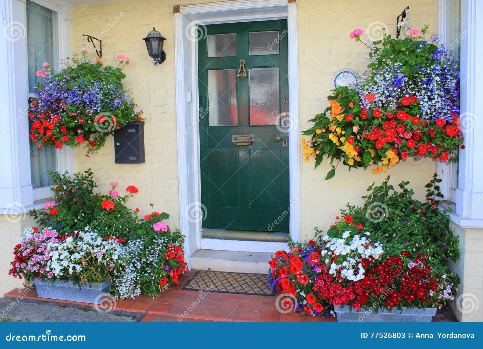 Bella entrata della casa dei fiori fotografia stock for Decorazione entrata casa