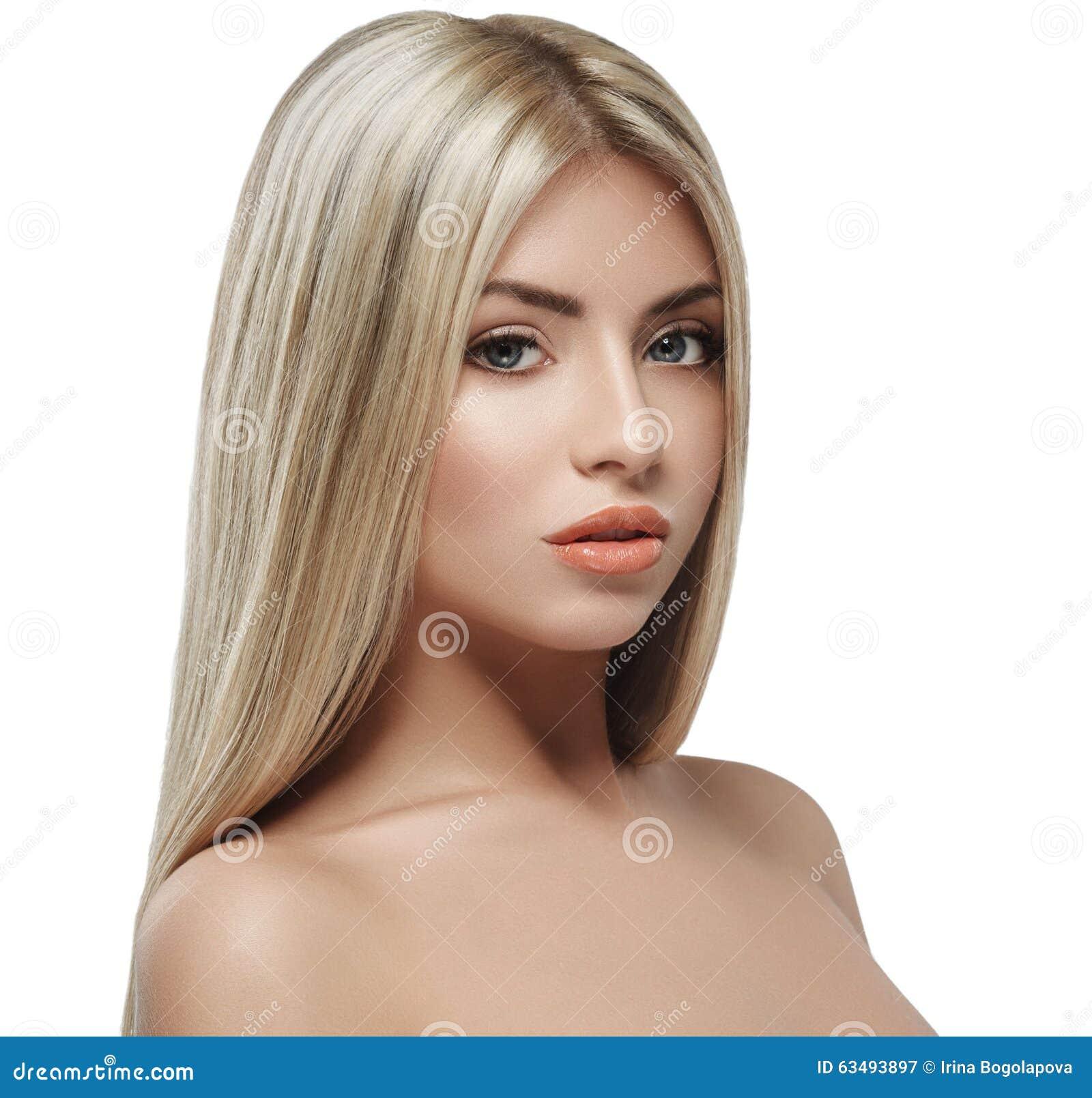 Bella fine del ritratto dei capelli biondi del fronte della donna sullo  studio su capelli lunghi b720666349d
