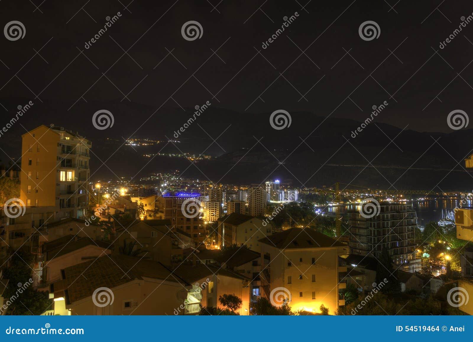 Bella foto di notte di HDR di una destinazione popolare di vacanza, la città di Budua