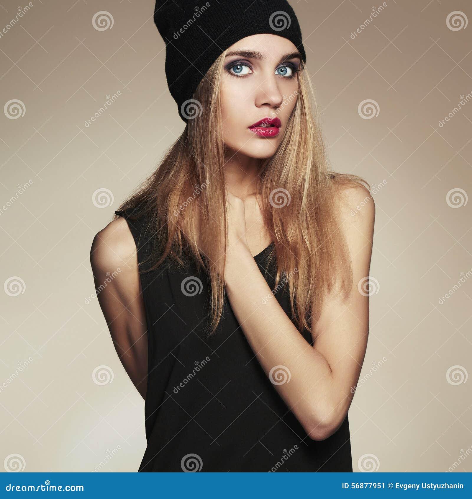 Bella giovane donna alla moda in cappuccio ragazza bionda di bellezza in cappello