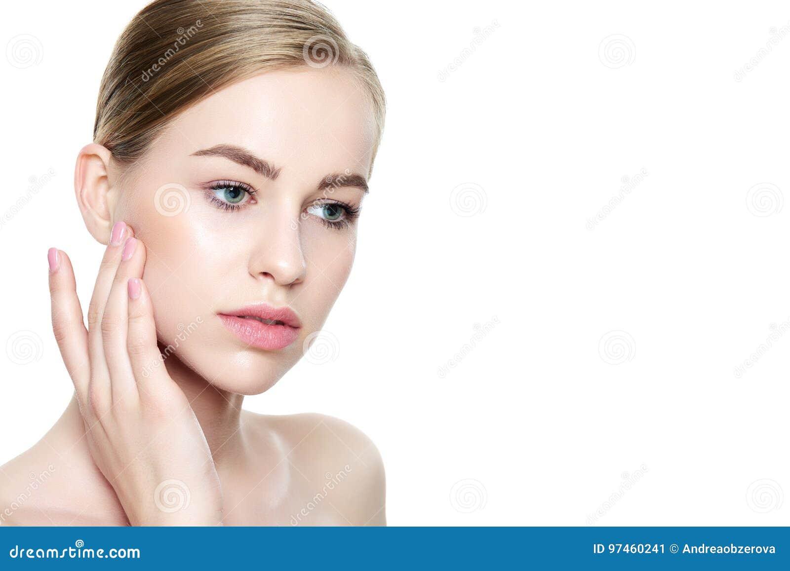 Bella giovane donna bionda con pelle perfetta che tocca il suo fronte Trattamento facciale Cosmetologia, bellezza e concetto dell