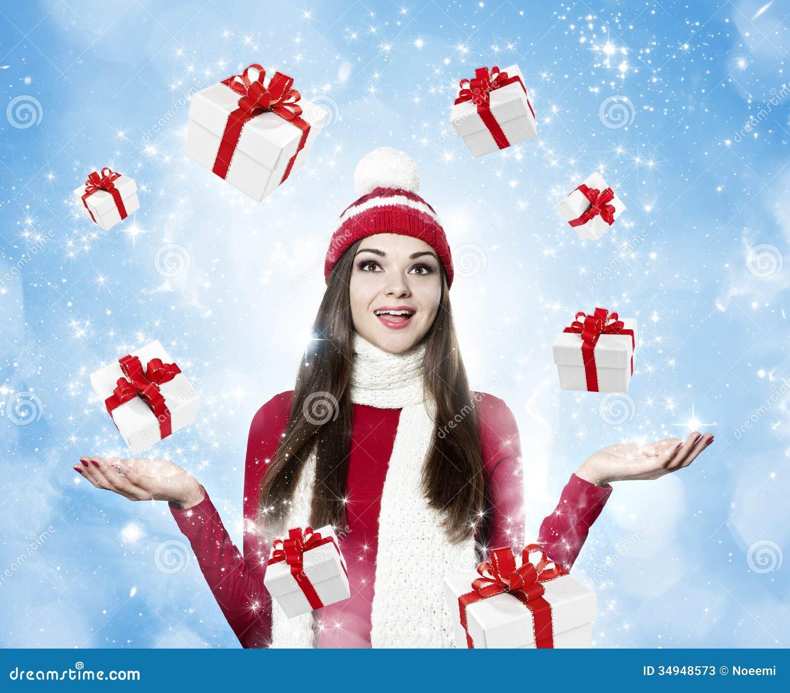 Bella giovane donna castana con molti regali - portr di natale