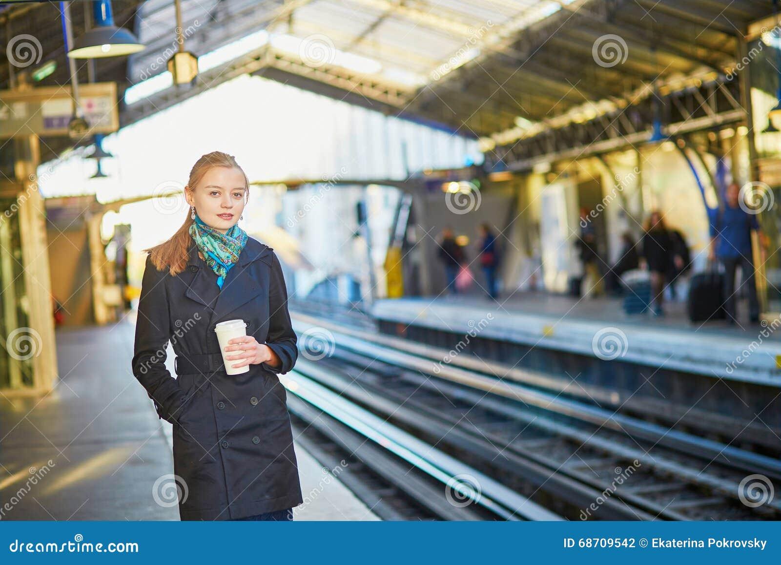 Bella Giovane Donna Che Aspetta Un Treno Nel Undergroun