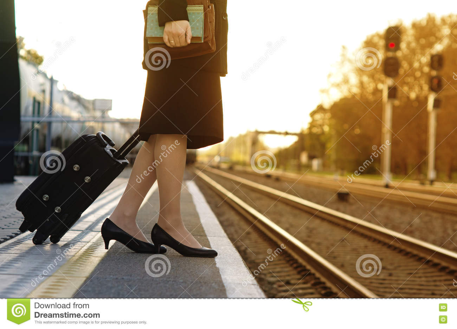 Bella Giovane Donna Che Aspetta Un Treno Sulla Stazione