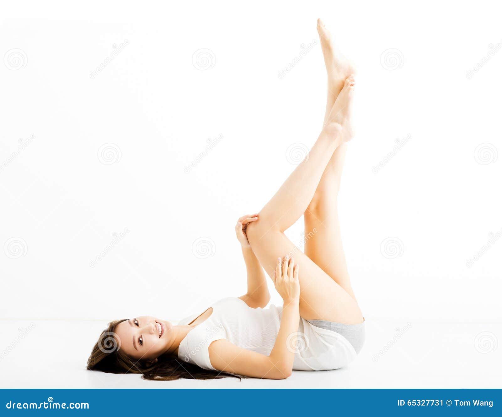 Bella giovane donna che mostra le gambe lunghe