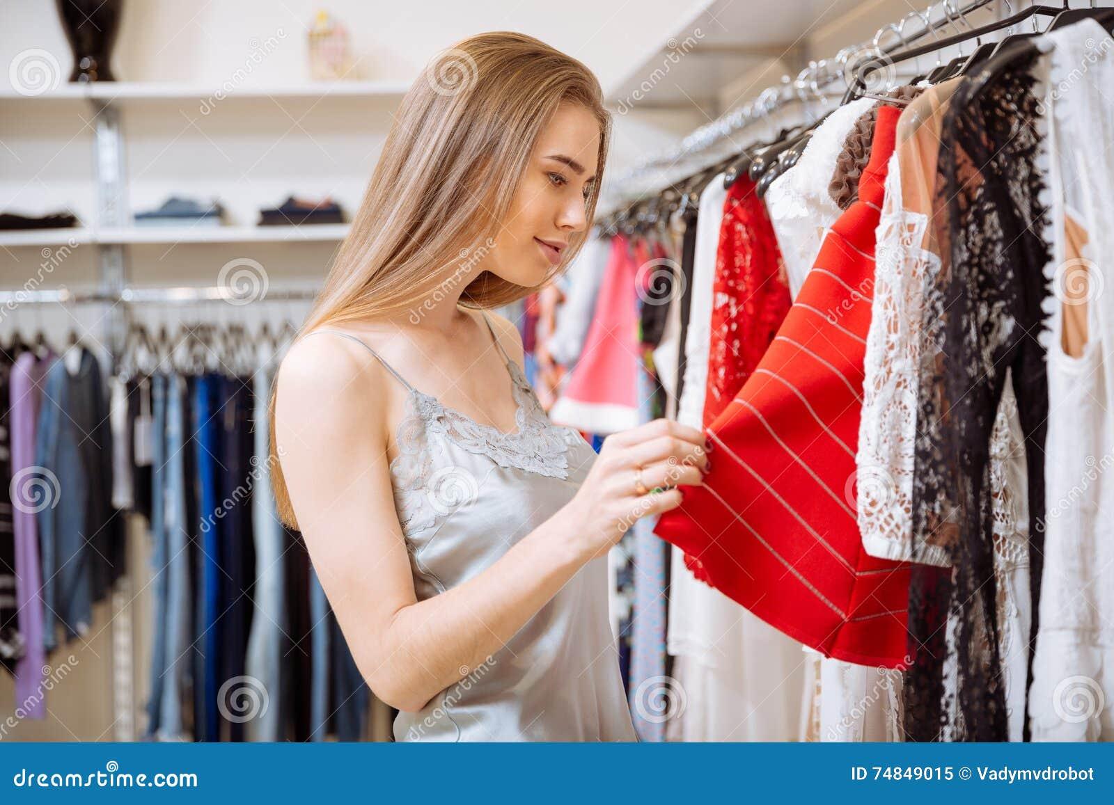 Bella Giovane Donna Che Sceglie I Vestiti In Negozio Immagine Stock ... 70d4ca62031