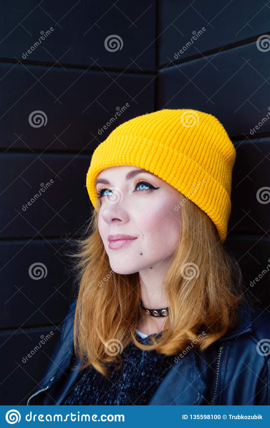 Bella Giovane Donna Con Capelli Biondi E Gli Occhi Azzurri ...