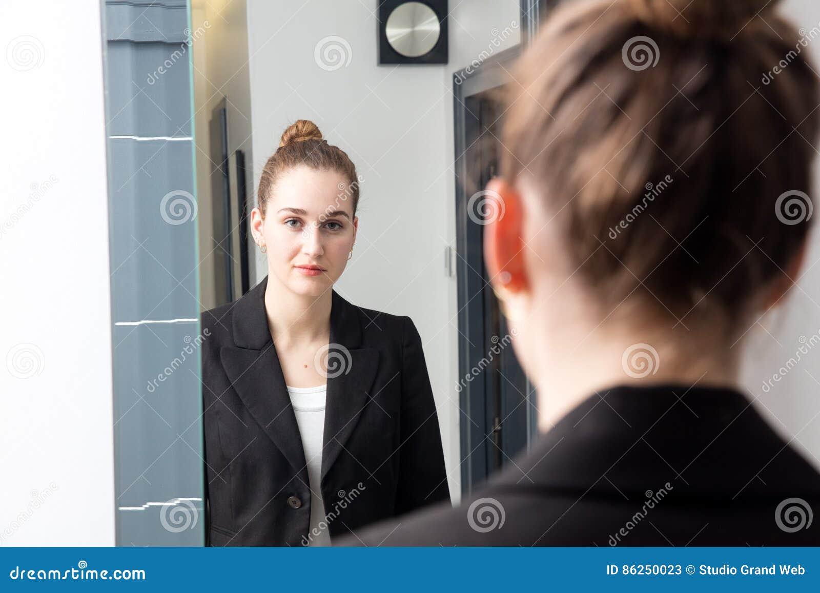 Bella giovane donna con capelli legati davanti allo - Ragazza davanti allo specchio ...