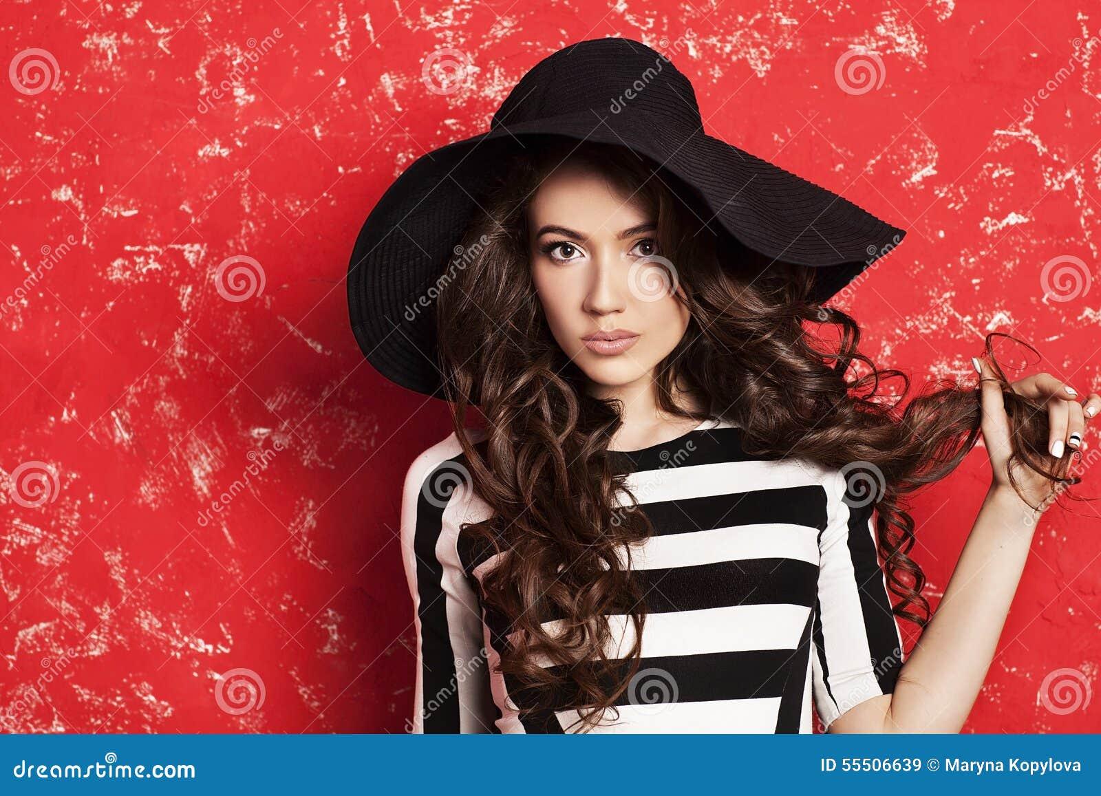 05ad3d12d3eb Bande in bianco e nero Modello di modo alla moda Alto vicino del fronte  Grande cappello Immagine variopinta