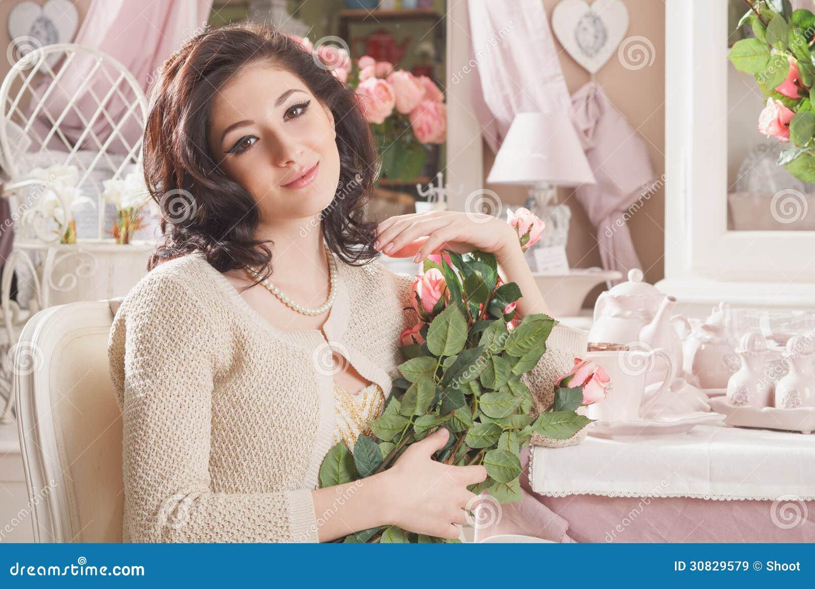 Bella giovane donna con i fiori. Retro disegnato