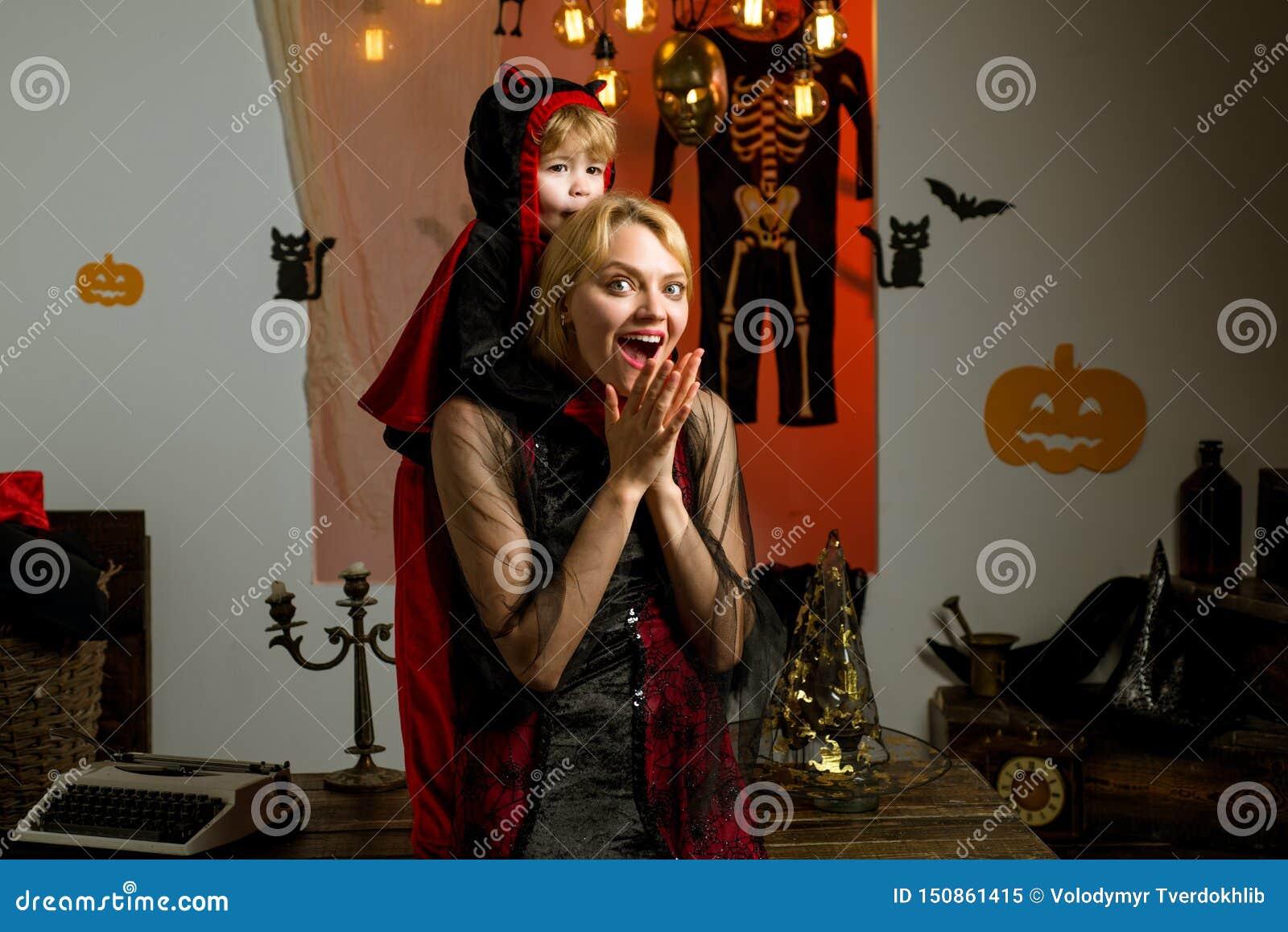 Bella giovane donna con il bambino con l autunno delle zucche Madre e figlio sorridenti Piccolo diavolo felice sveglio e giovane