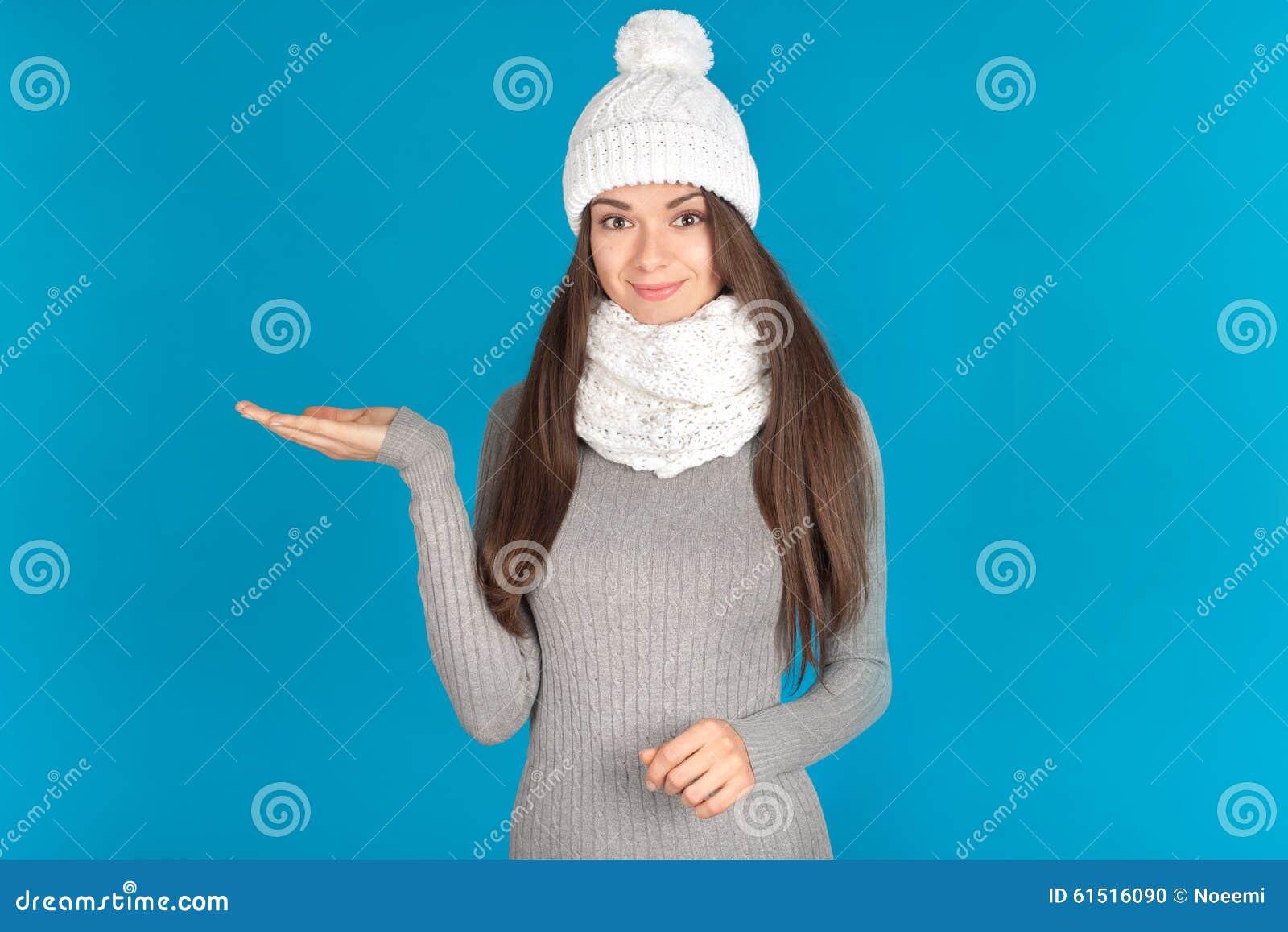 Bella giovane donna con il cappello e la sciarpa