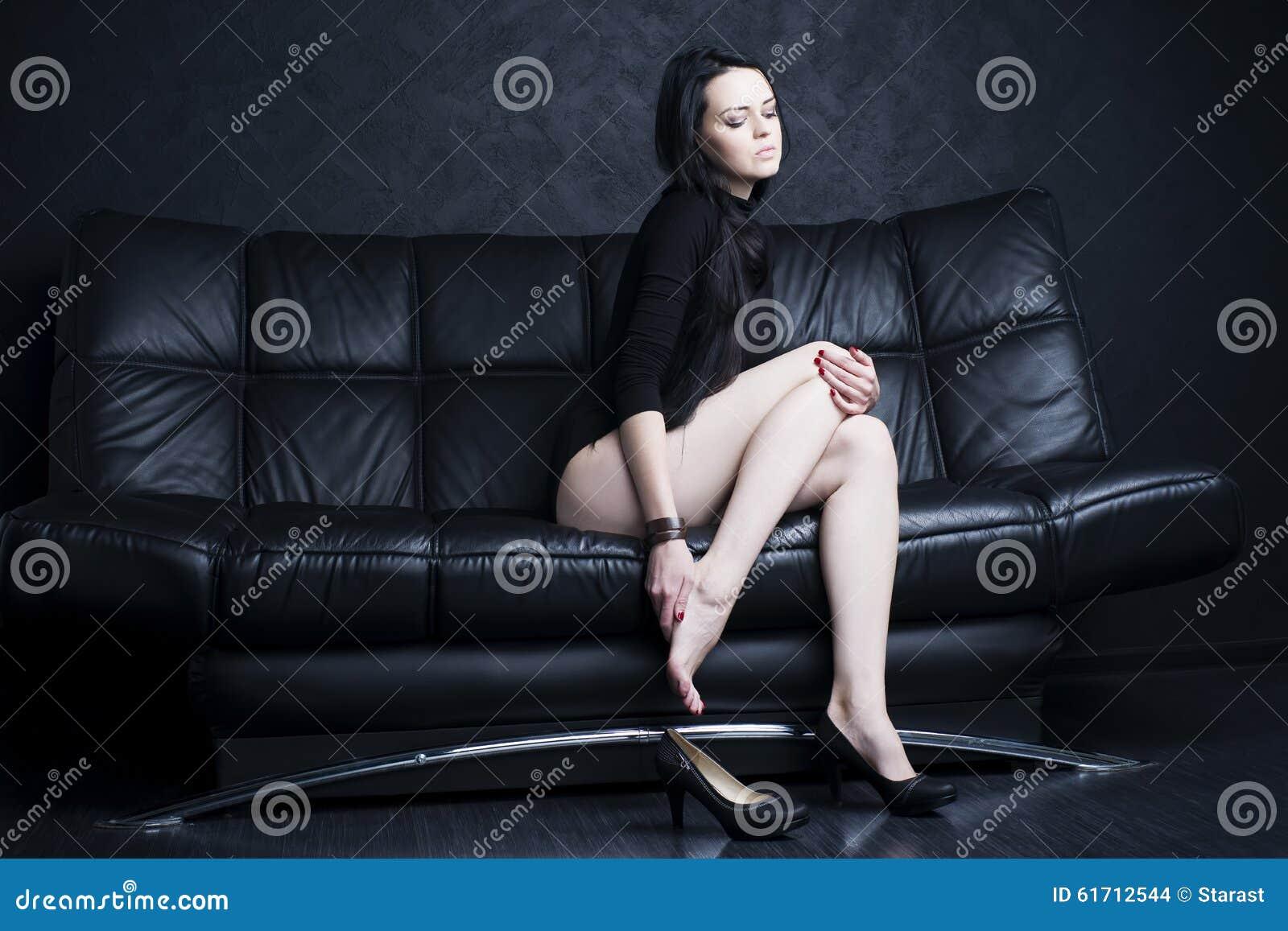 Bella Giovane Donna Con Le Gambe Lunghe In Tuta Dolore Di..