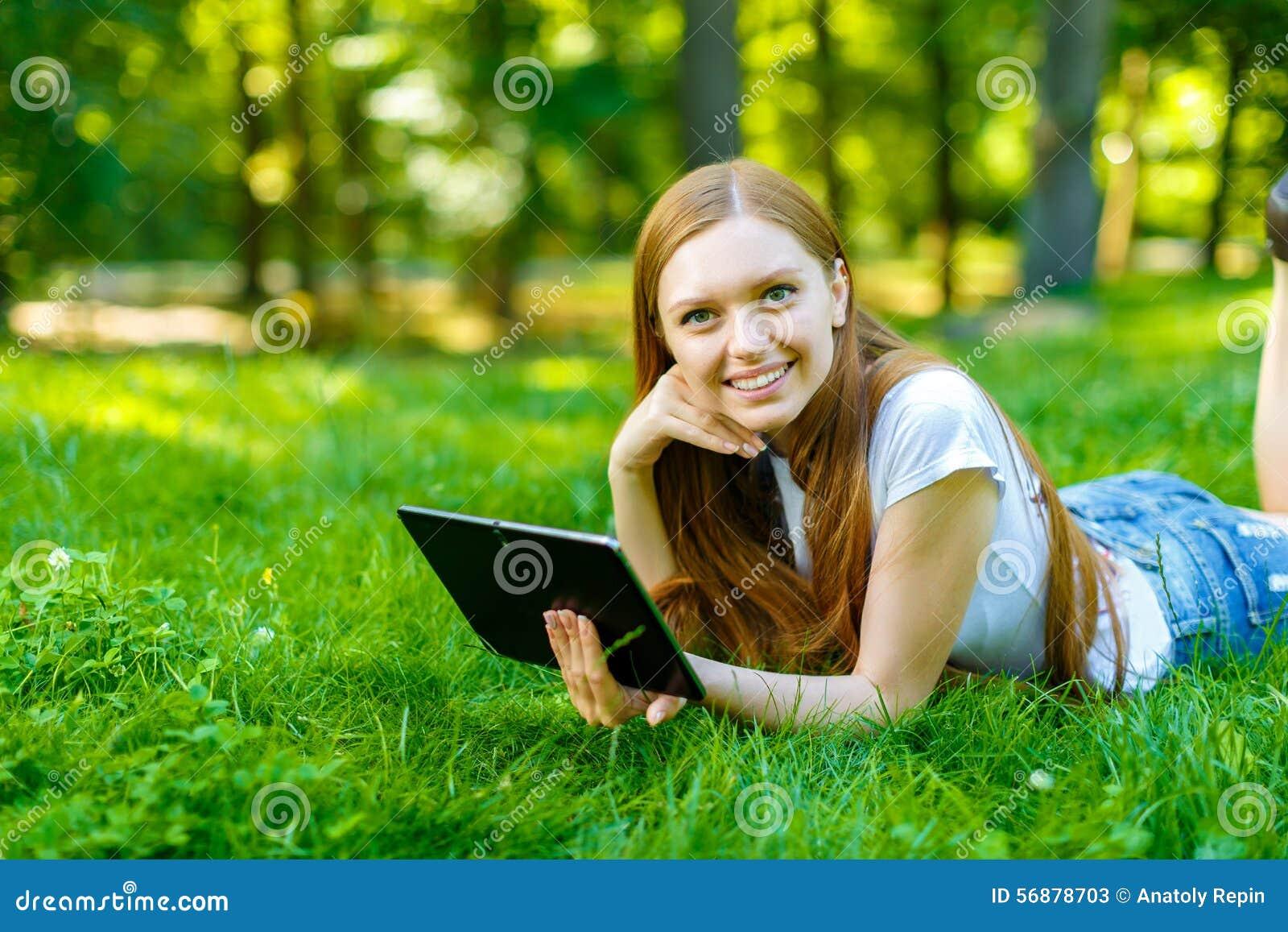 Bella giovane donna dai capelli rossi sorridente