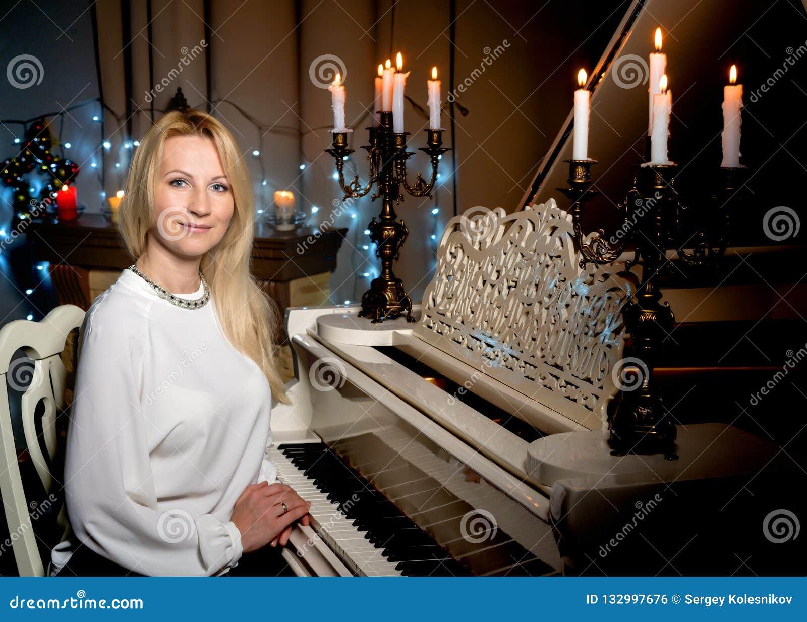 Bella Giovane Donna Dietro Un Pianoforte A Coda Bianco ...