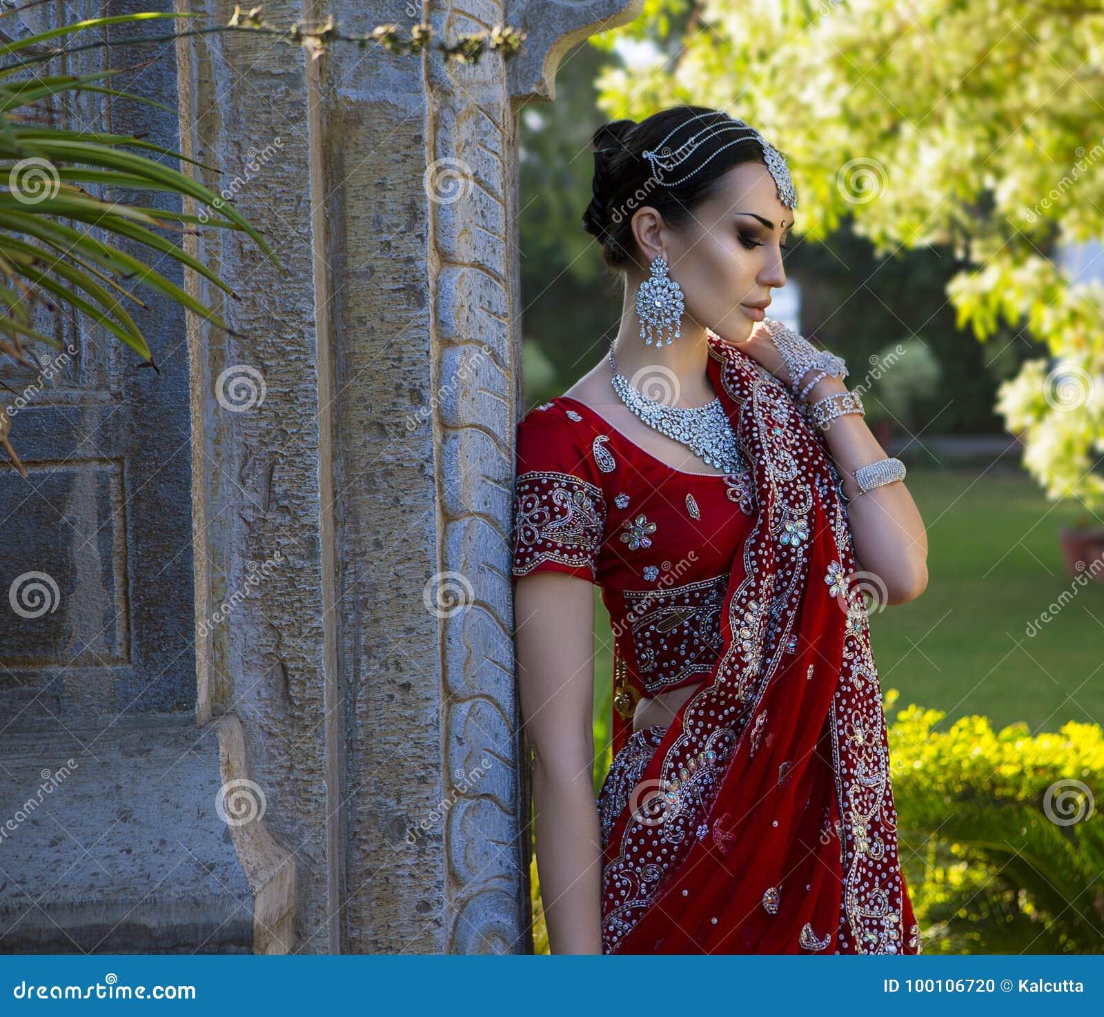 Indiana Tradizionale Abbigliamento In Con Thqcsrdx Bella Donna Giovane thxdrCsQ