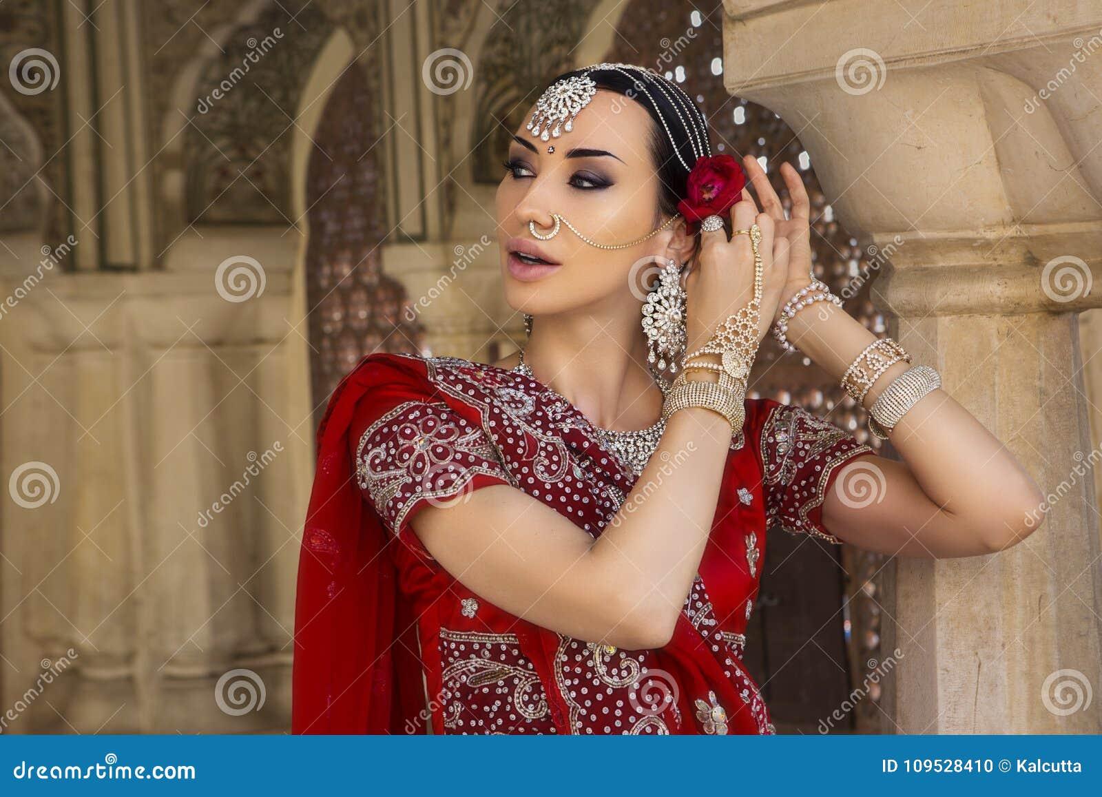 Abbigliamento Tradizionale Bella Donna Indiana In Con Giovane IzZxza b2746230eb1