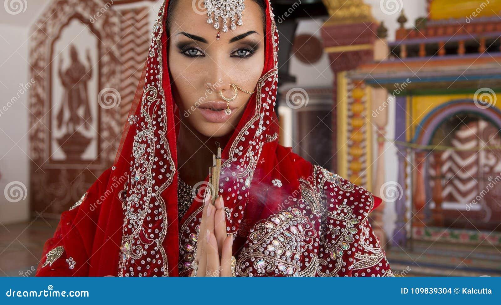 Bella giovane donna indiana in abbigliamento tradizionale con nuziale