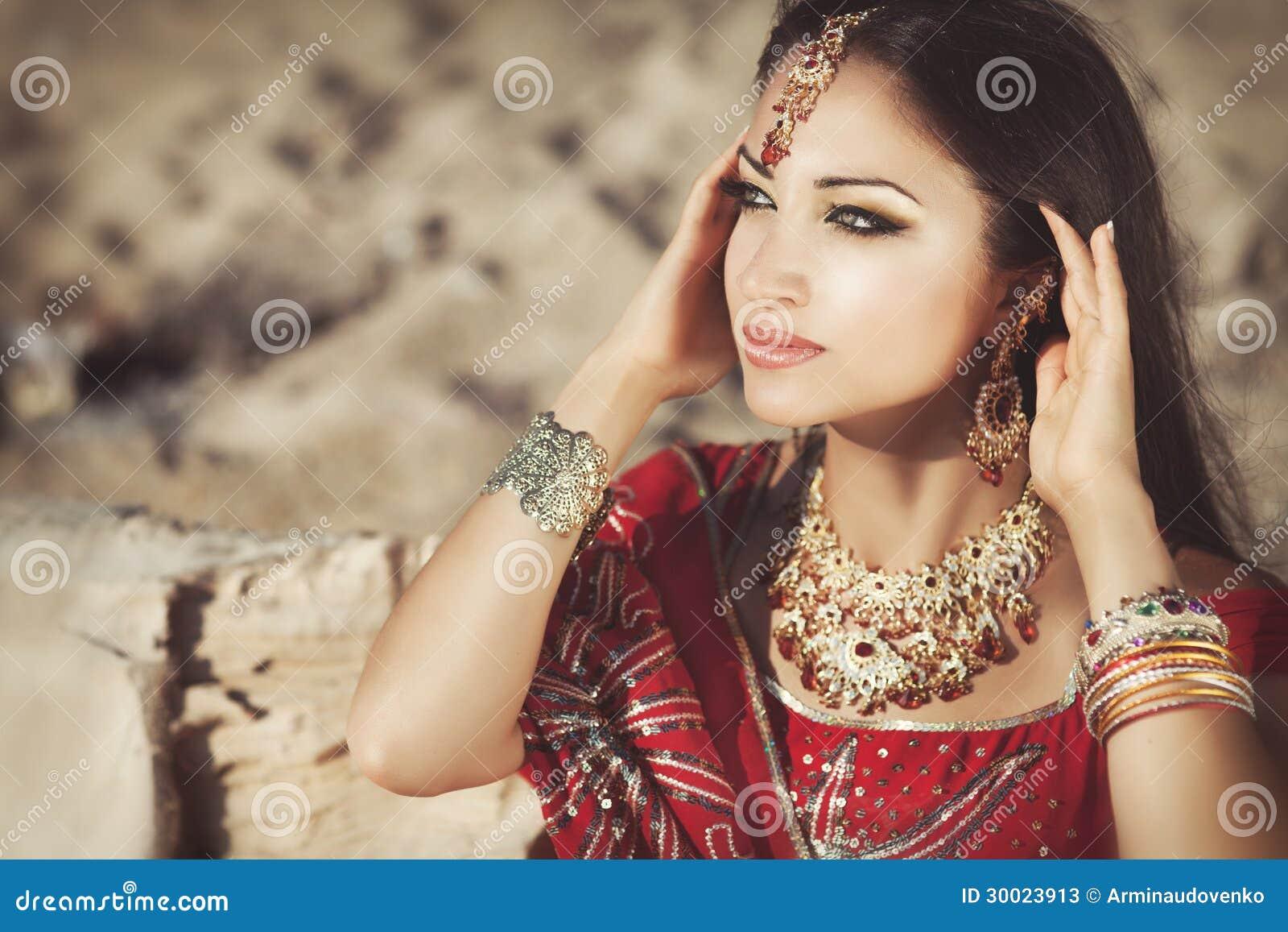 Favoloso Bello Bellydancer Indiano Della Donna. Sposa Araba Immagine Stock  KJ88