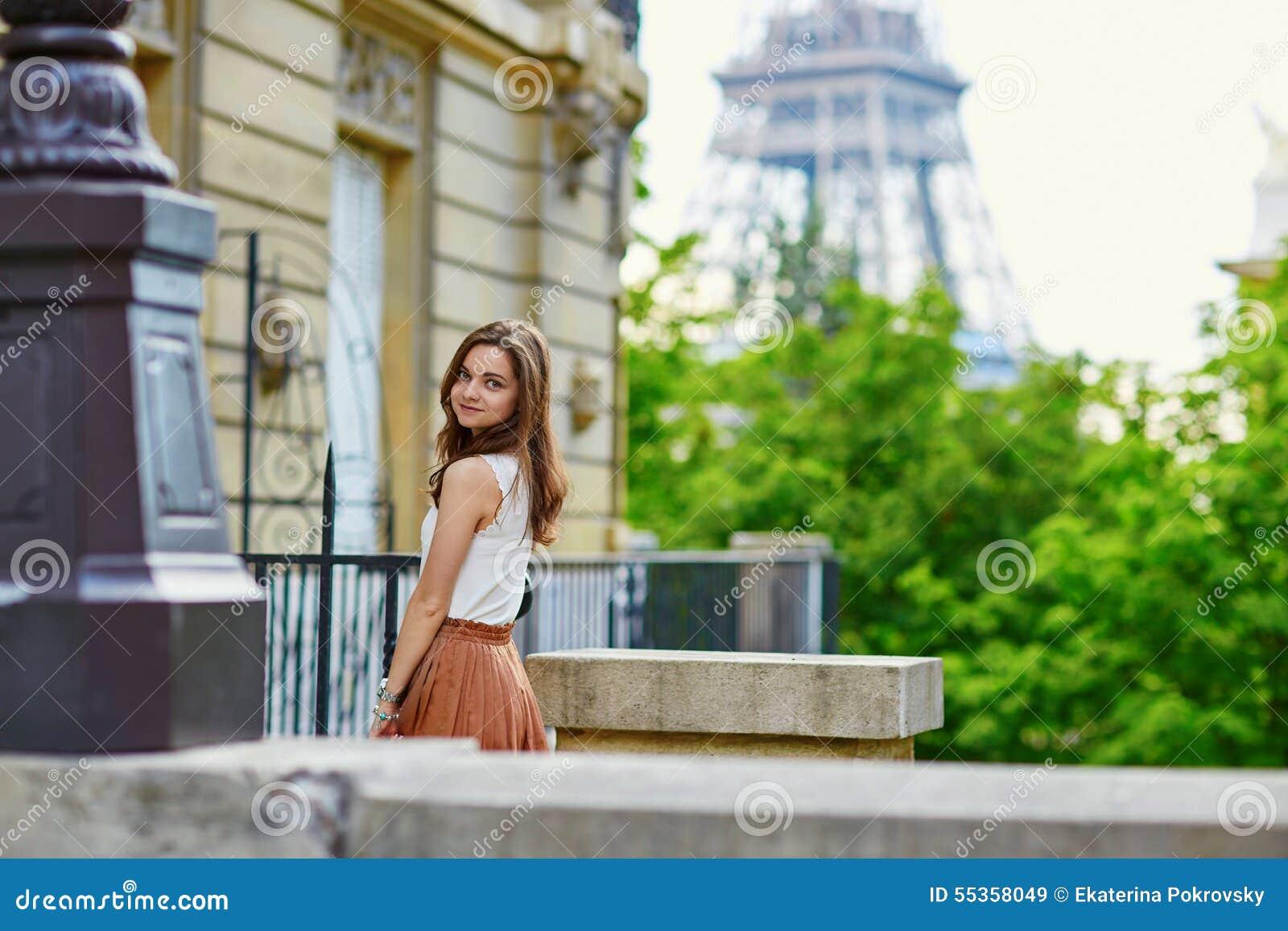 Bella giovane donna parigina