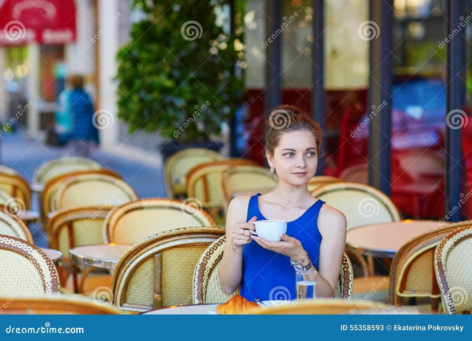 Bella giovane donna parigina in caffè