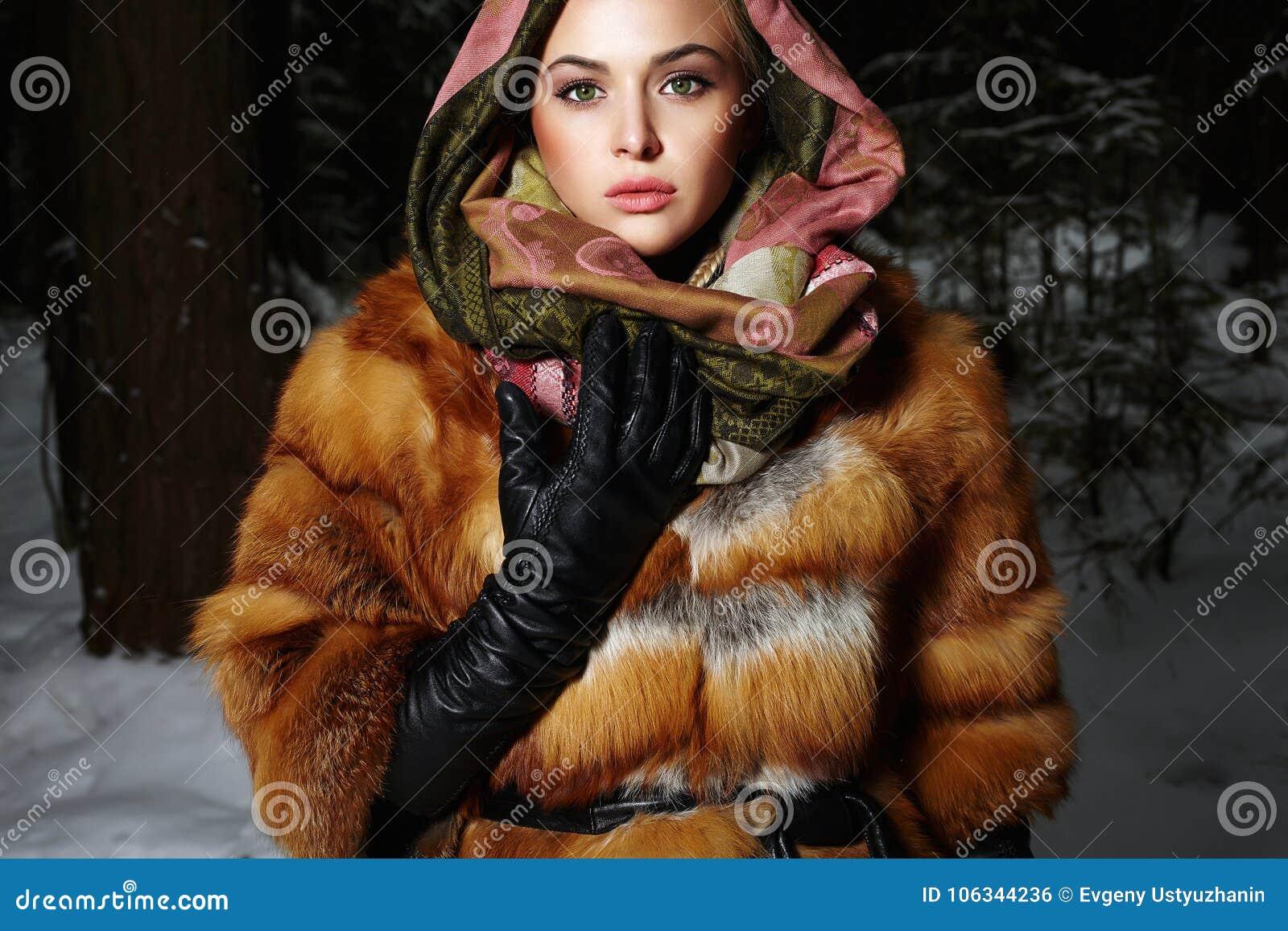 Bella giovane donna in pelliccia e sciarpa