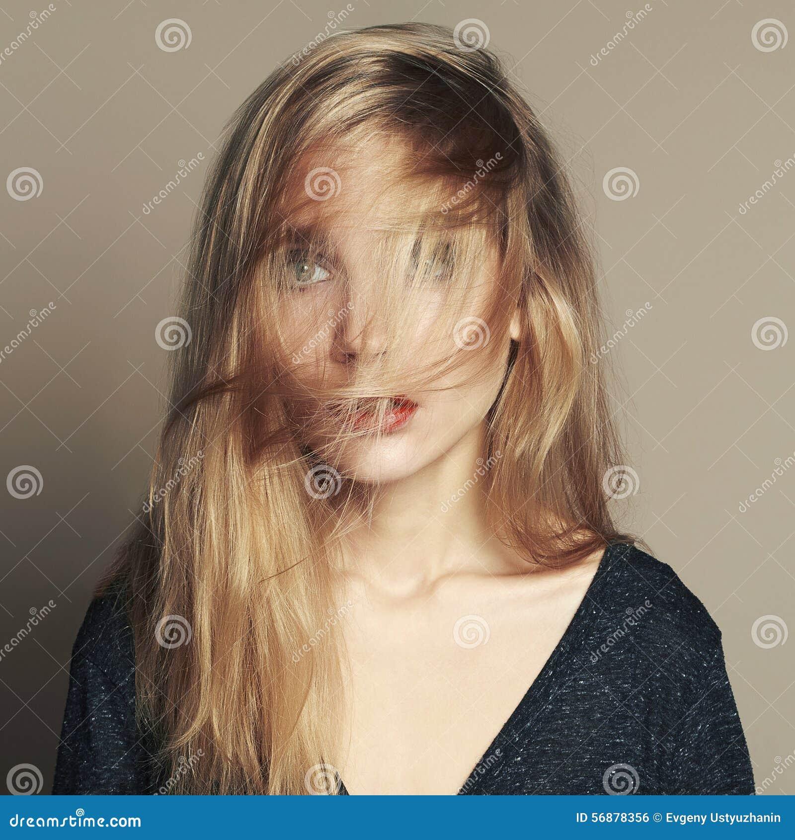 Bella giovane donna Ragazza bionda con capelli sul fronte