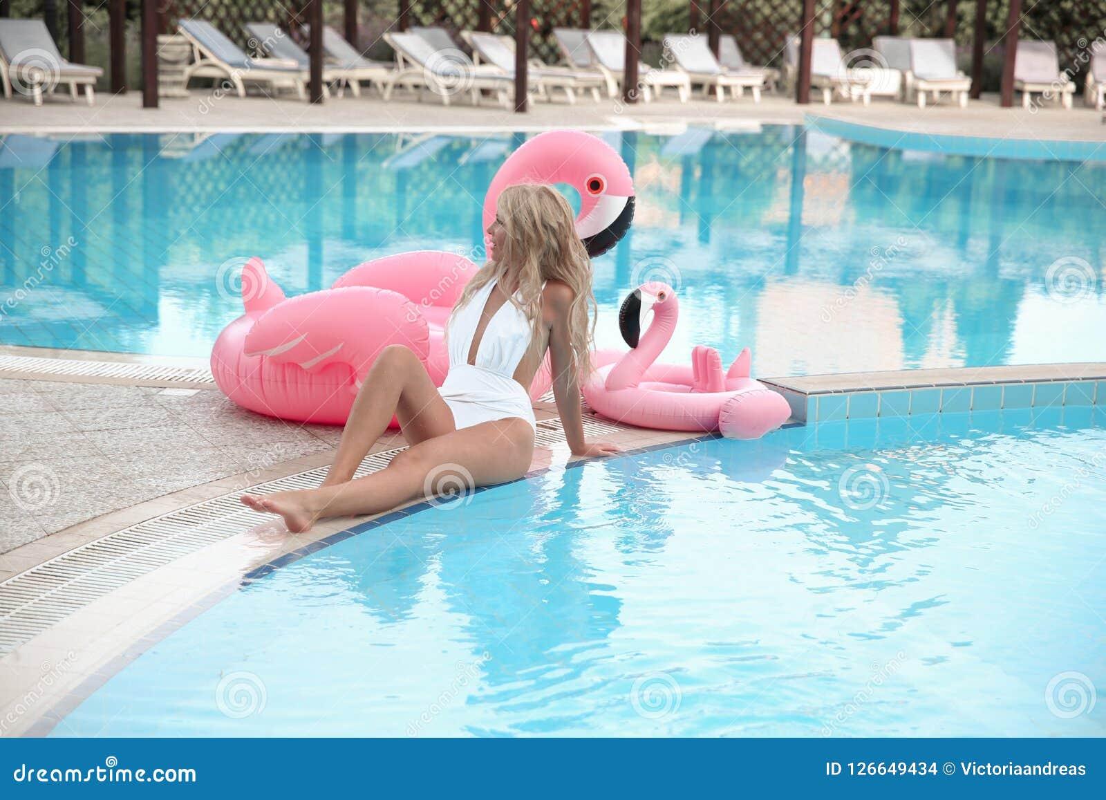 Bella giovane donna stupefacente sexy in bikini bianco, riposante dalla s