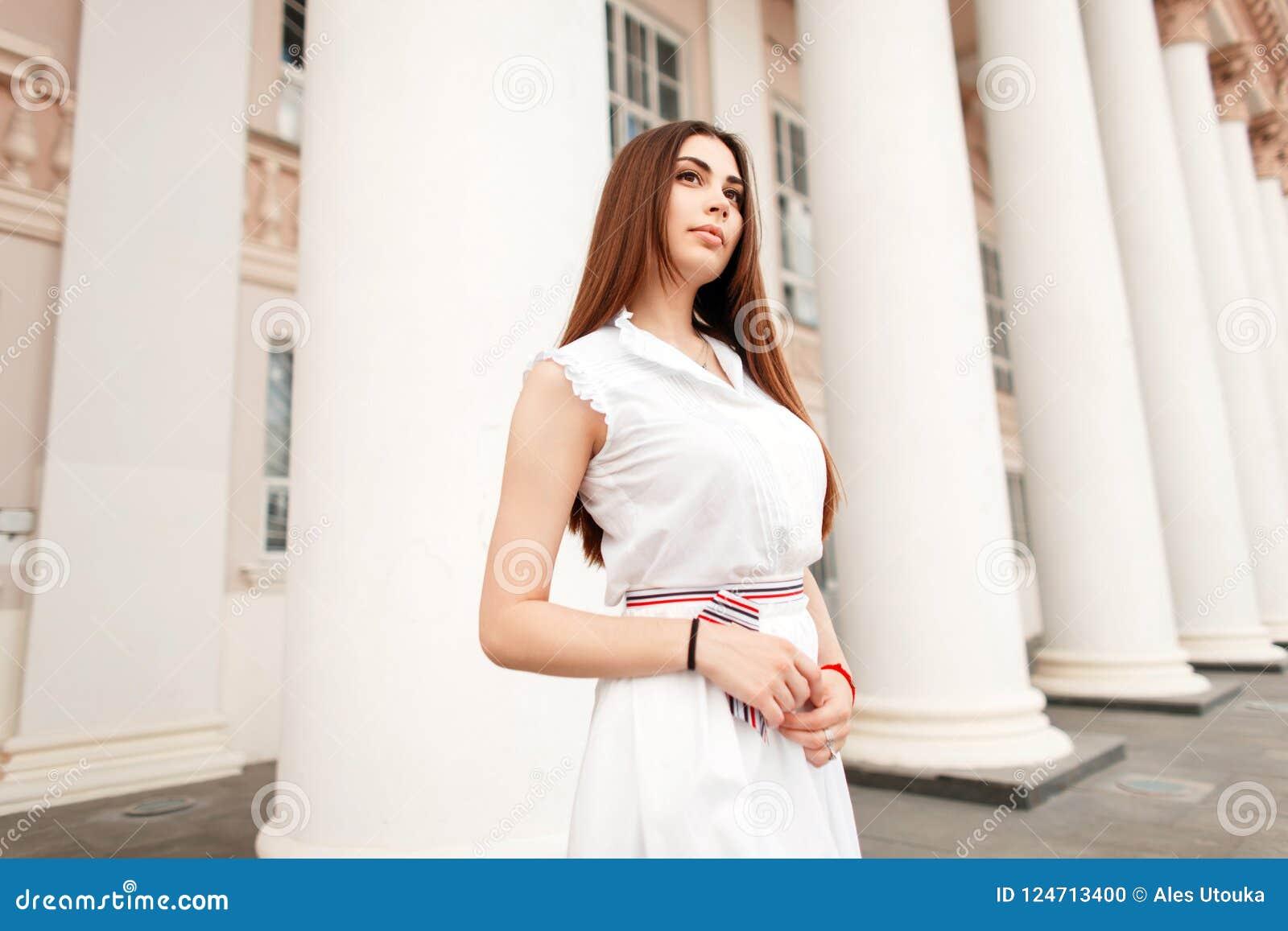 8096f06973d8 Bella Giovane Donna In Un Vestito Bianco D avanguardia Fotografia ...