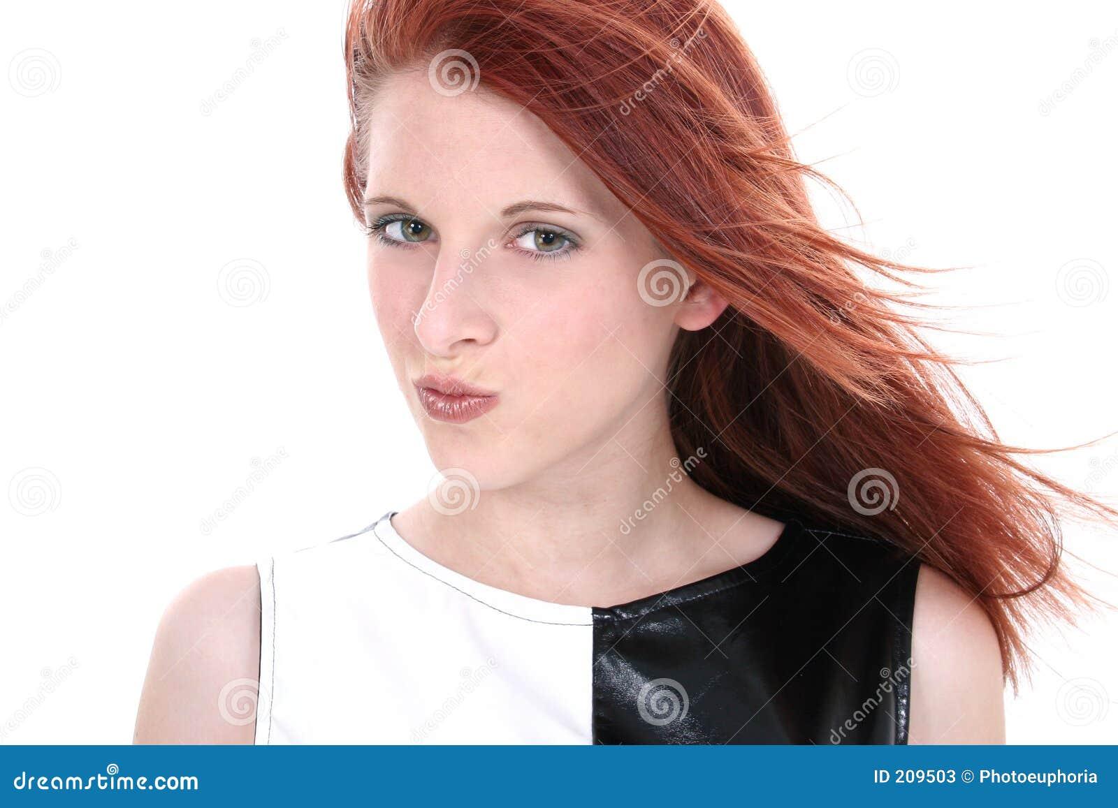 Bella giovane donna in vestito di cuoio in bianco e nero