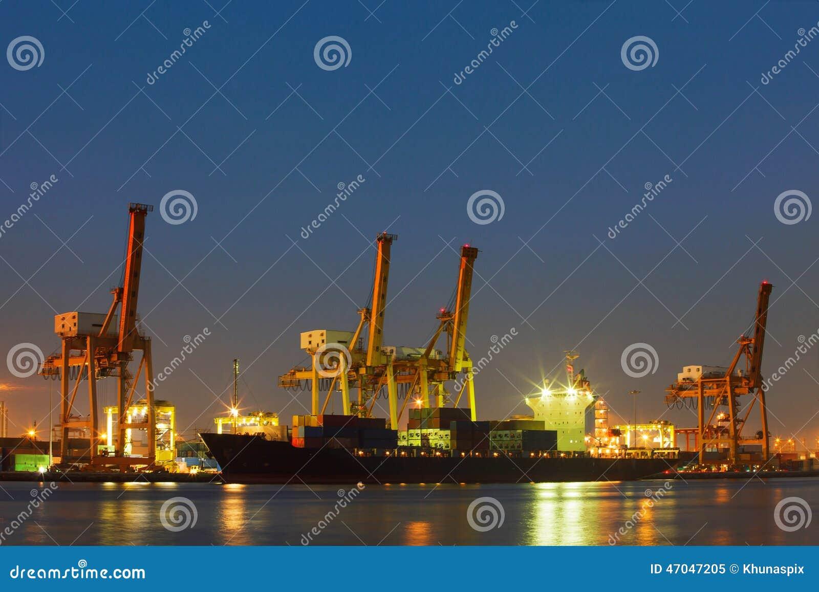 Illuminazione Per Navi : Bella illuminazione della nave comercial del container con la nave