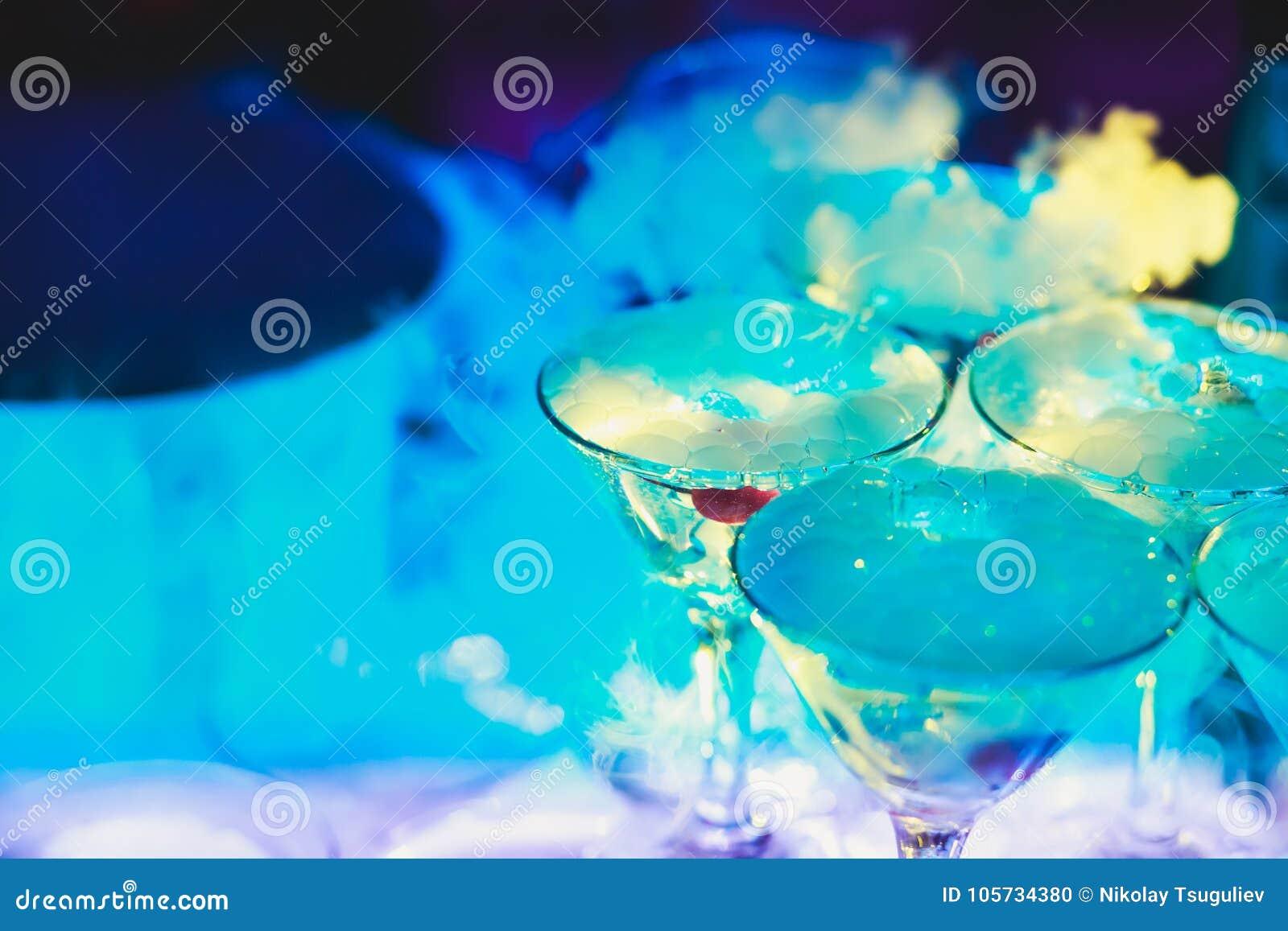 Bella linea della piramide di cocktail colorati differenti dell alcool con la menta sulla festa di Natale, sulla tequila, su mart