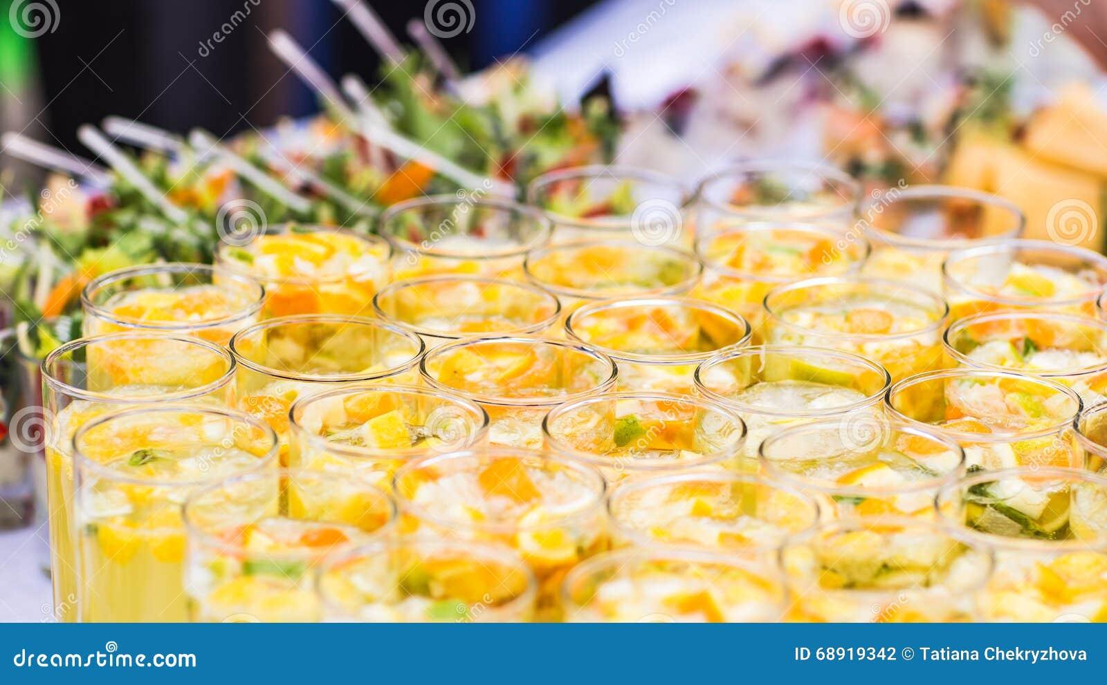 Bella linea di cocktail colorati differenti su un partito dell aria aperta, tavola d approvvigionamento