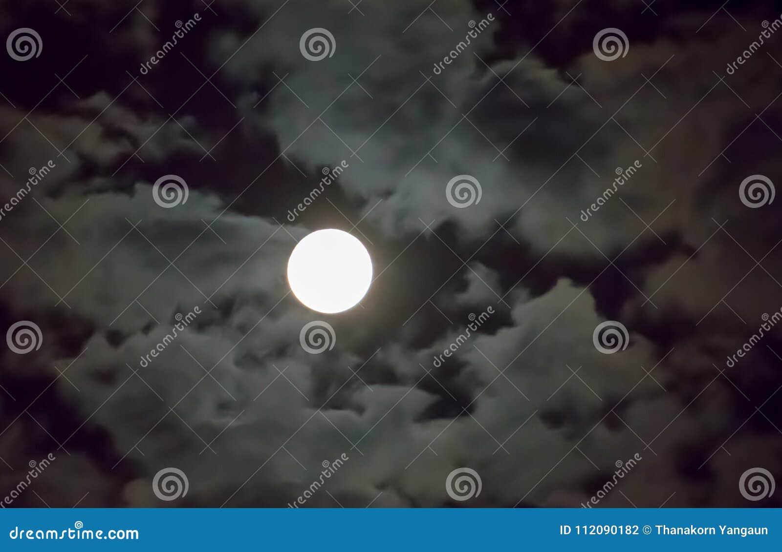 Bella luna piena e fondo bianco nei precedenti di mezzanotte del cielo, luce della luna del cielo nuvoloso sulla notte di Hallowe
