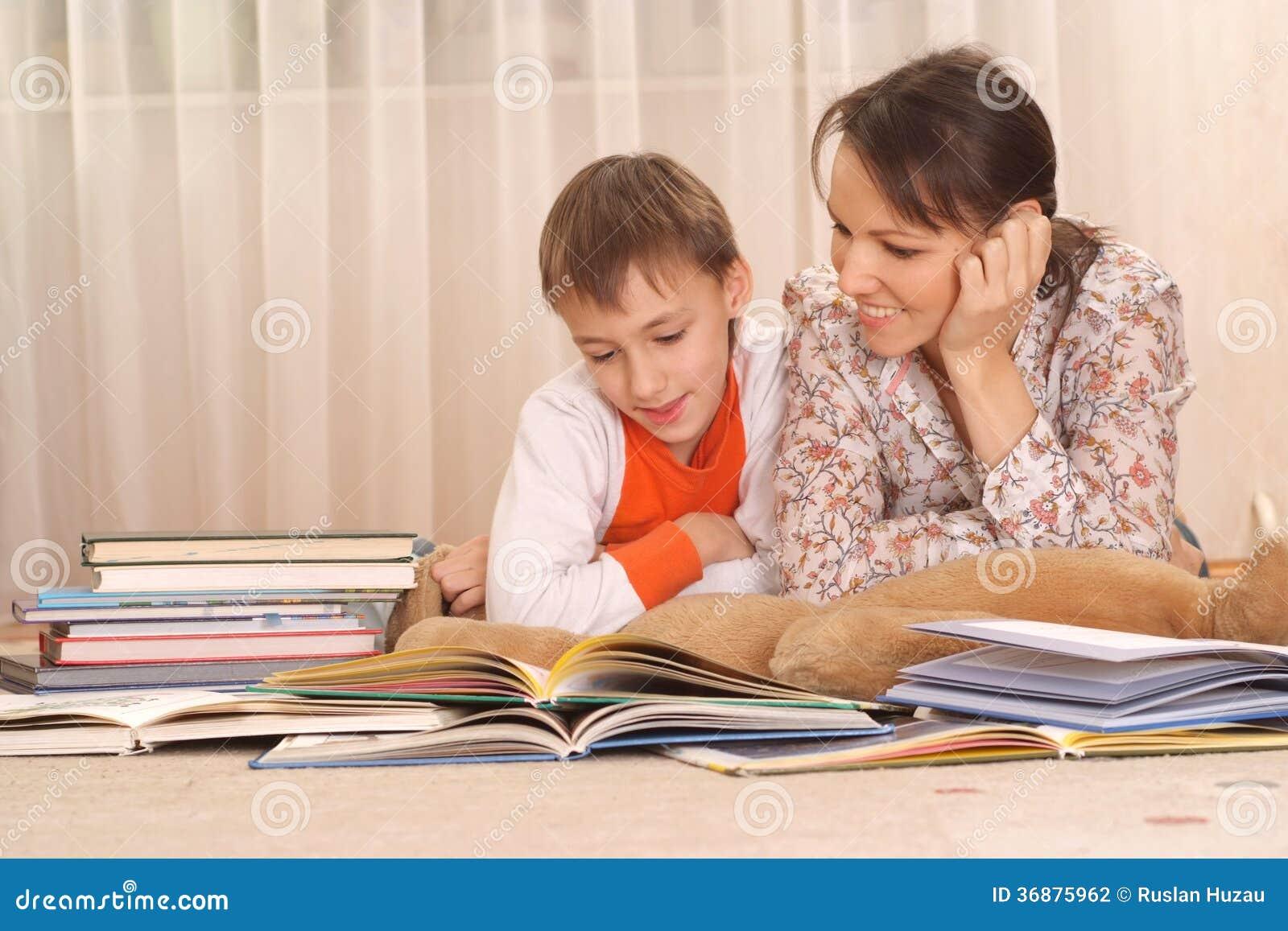 Download Bella Madre Affascinante Con Suo Figlio Fotografia Stock - Immagine di attraente, mama: 36875962