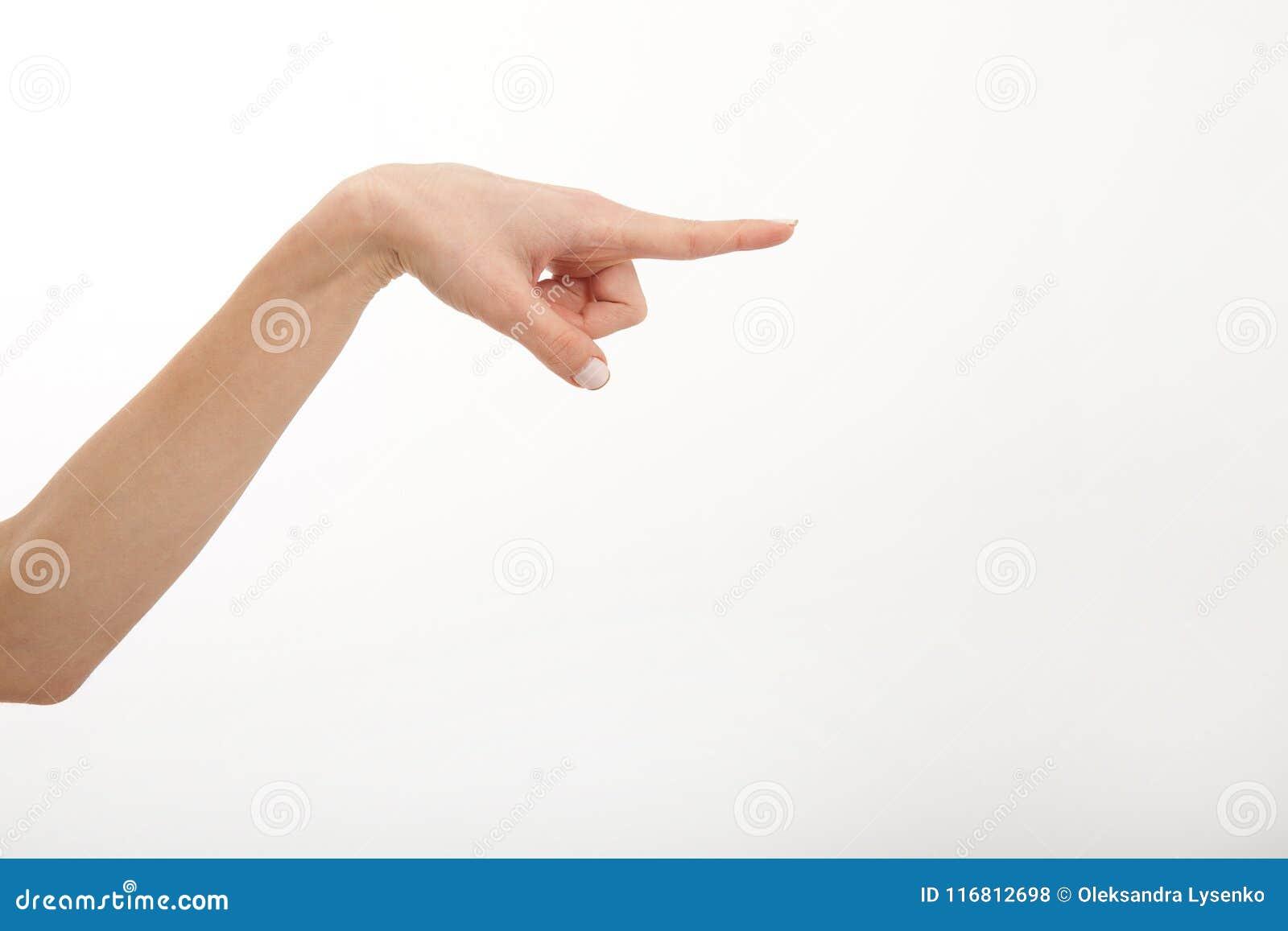 Bella mano del ` s della donna che mostra qualcosa dal dito su fondo bianco Copi lo spazio e derida su Giarrettiera bianca del di
