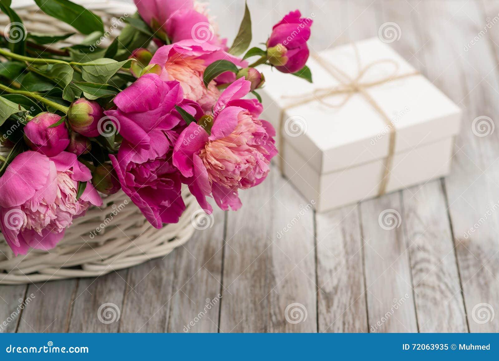 bella merce nel carrello delle peonie dei fiori con il