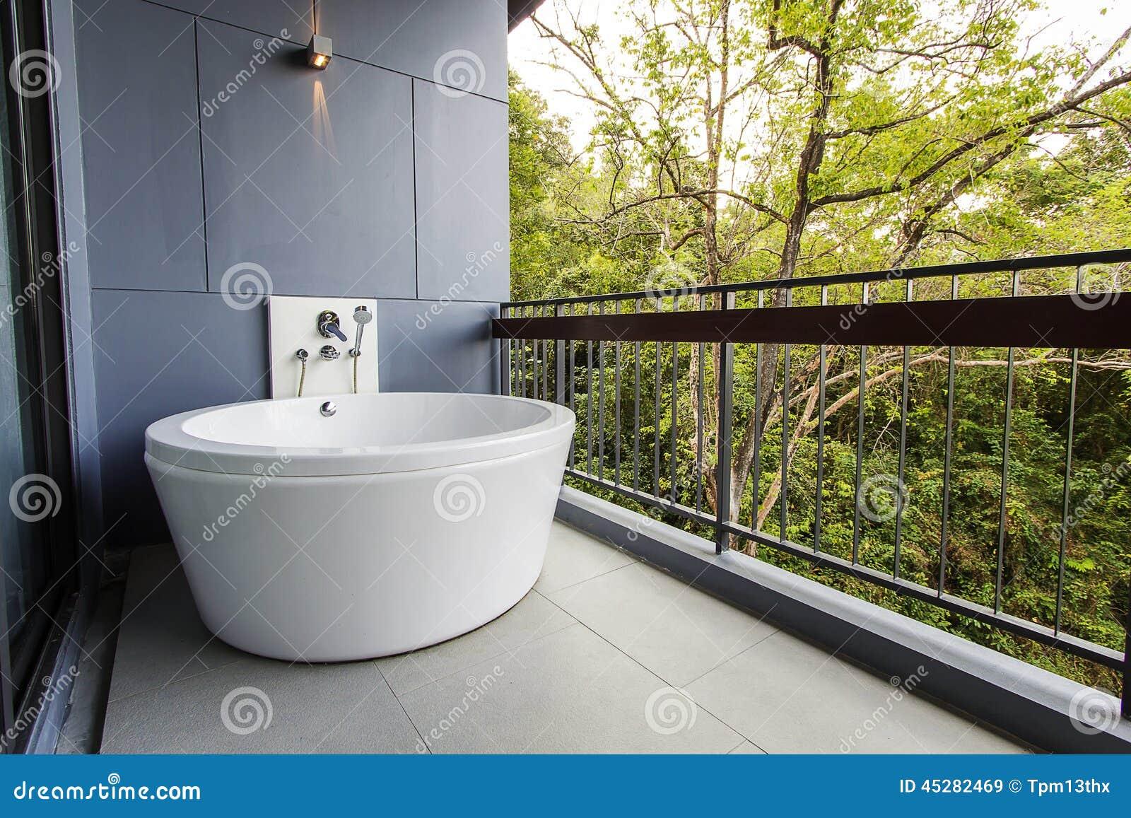Vasca Da Bagno Nuova : Bella nuova vasca da bagno di bianco di stile immagine stock