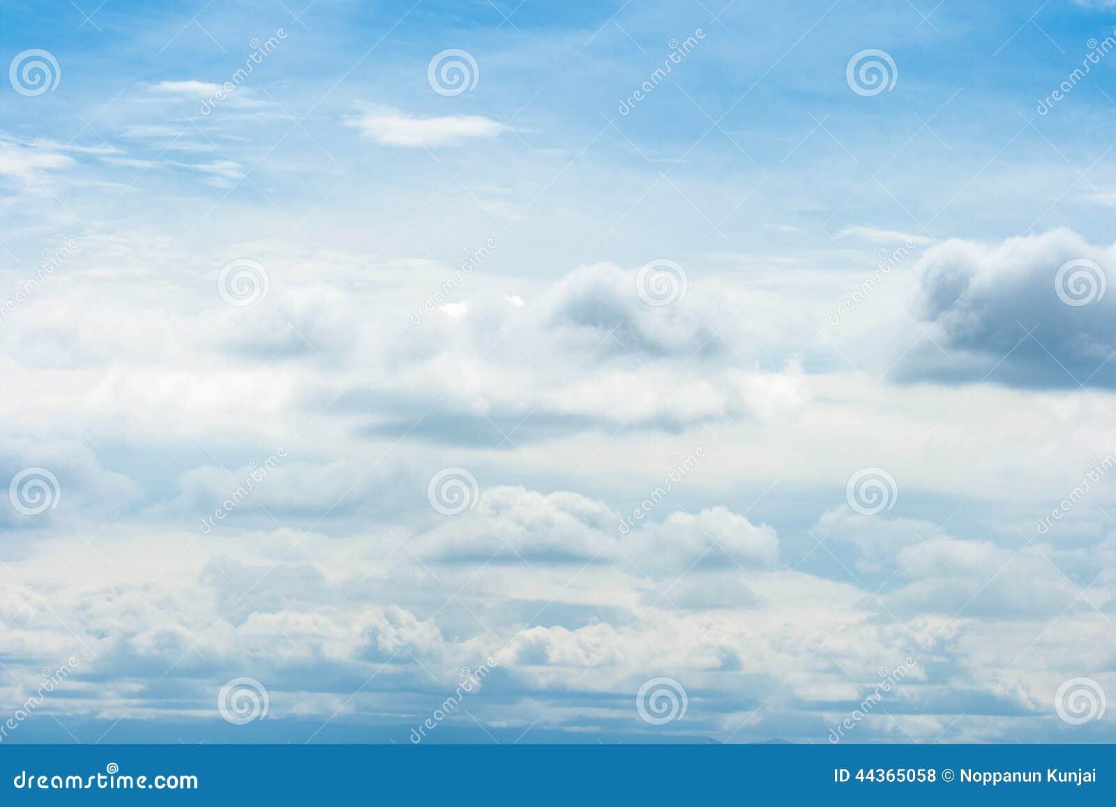 Bella nuvola bianca su cielo blu