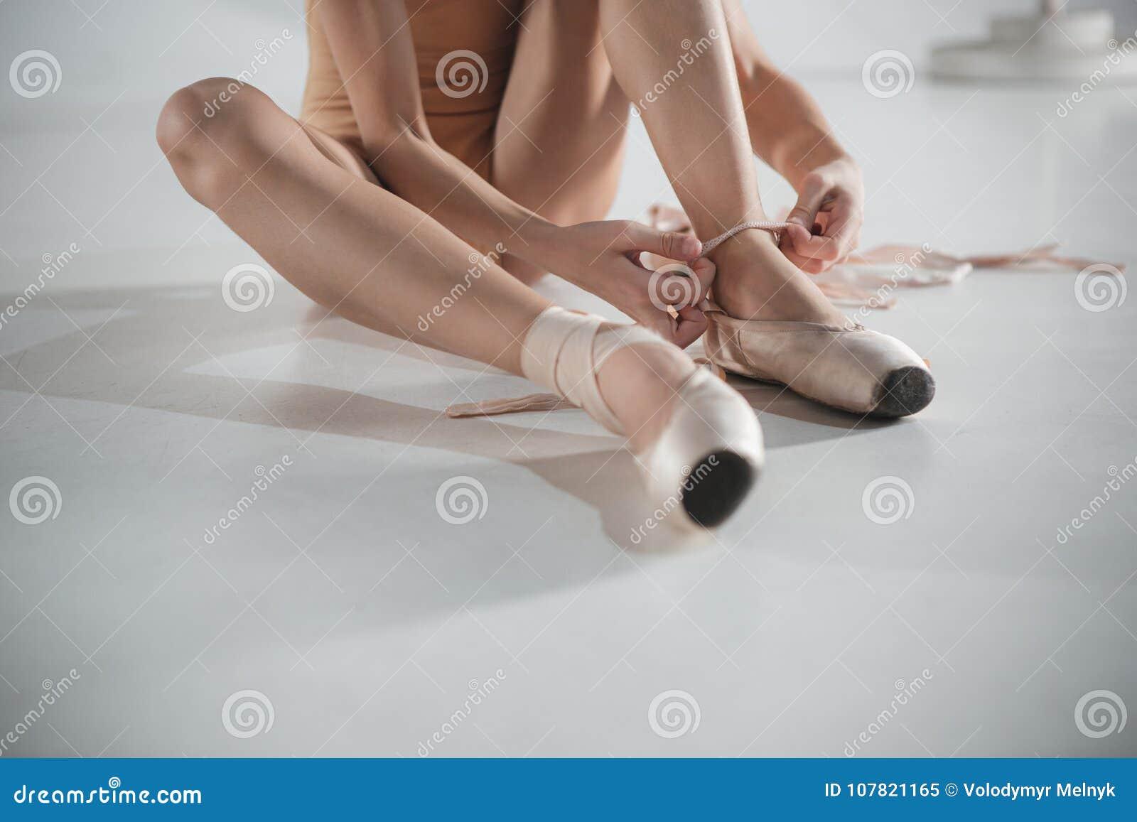 Piccola Pointe Le Ballerina Che Mette Bella A Scarpe Piedi Del zSMpqVUG