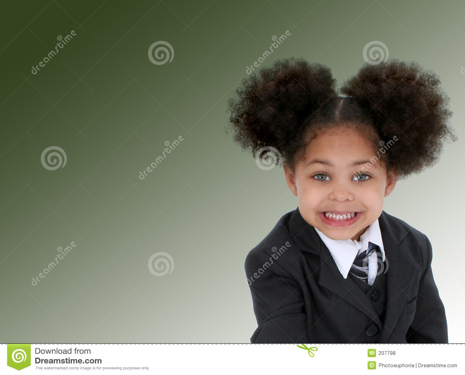 Bella piccola donna di affari su priorità bassa verde