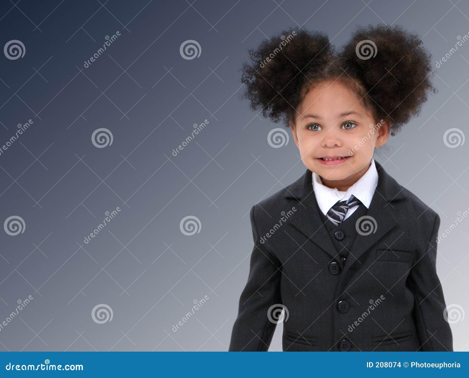 Bella piccola donna di affari in vestito e legame sopra blu scuro