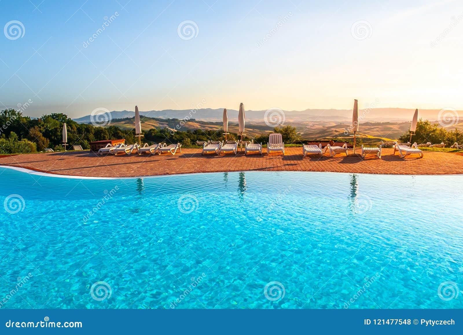 Paesaggi D Acqua Piscine bella piscina di lusso con acqua blu, gli ombrelli ed i