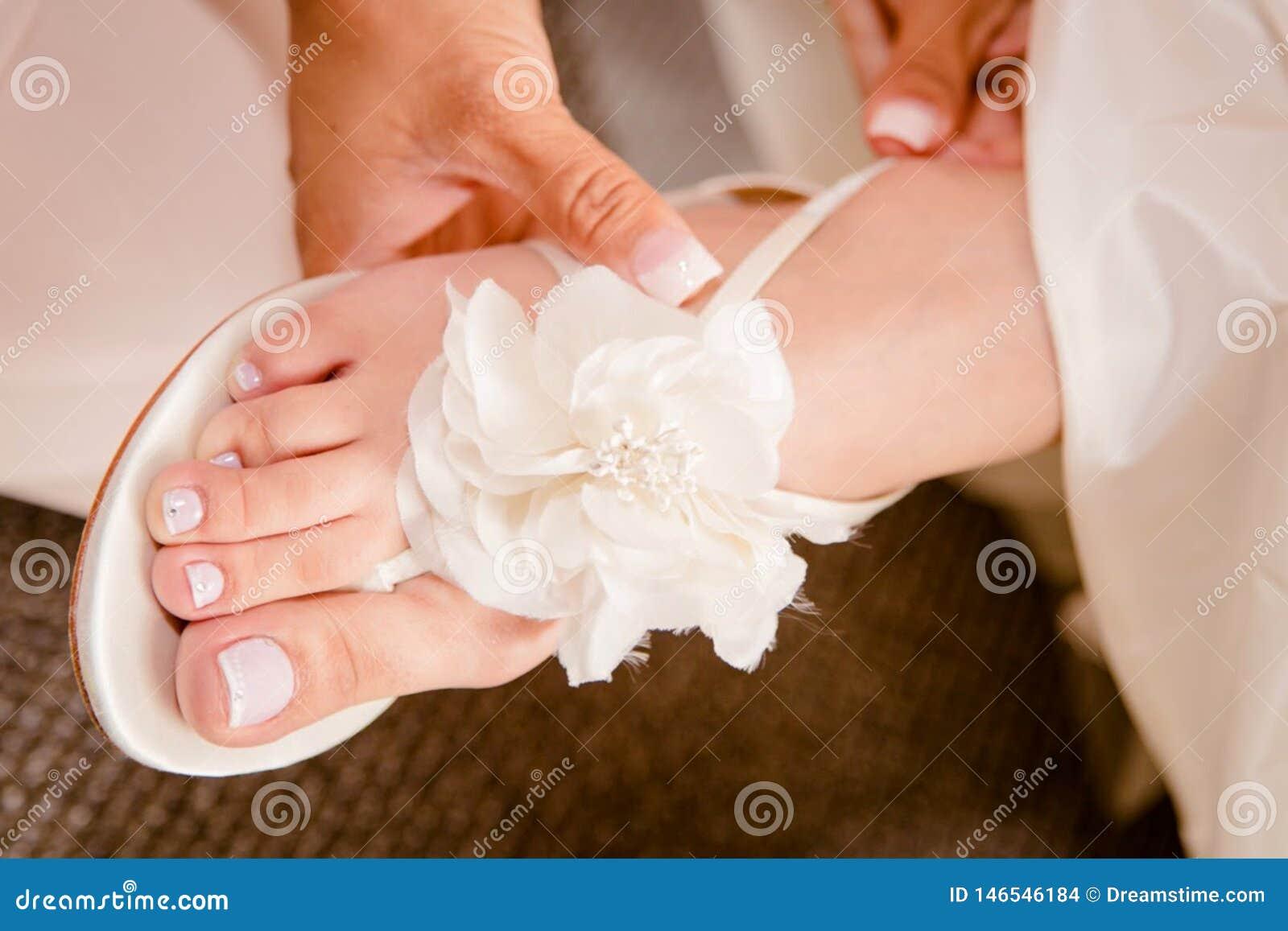 Bella progettazione nuziale della scarpa di nozze Ornato con un tocco di progettazione del fiore bianco alla cima